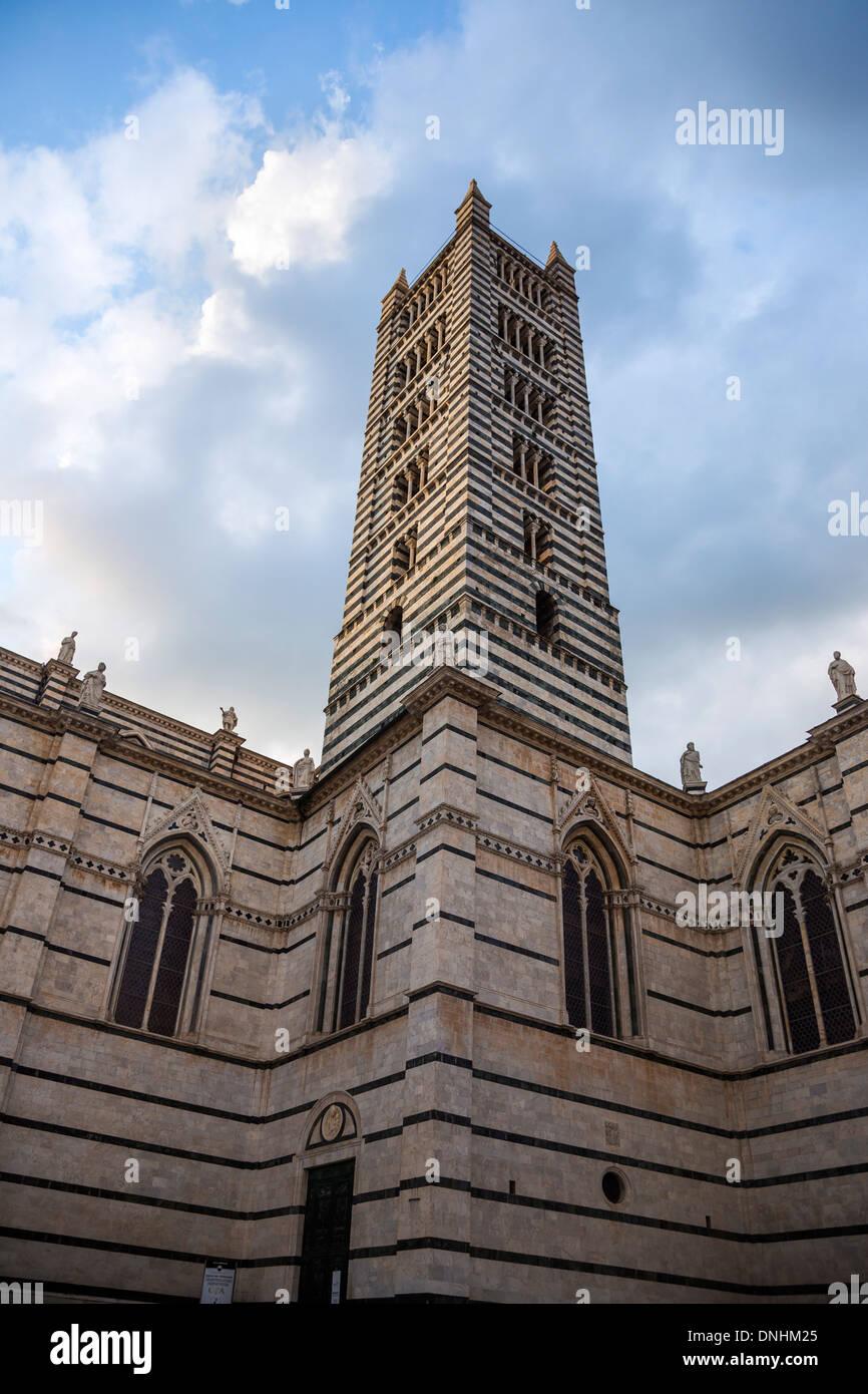Basso angolo vista di una torre campanaria, Cattedrale di Siena, Siena, in provincia di Siena, Toscana, Italia Foto Stock