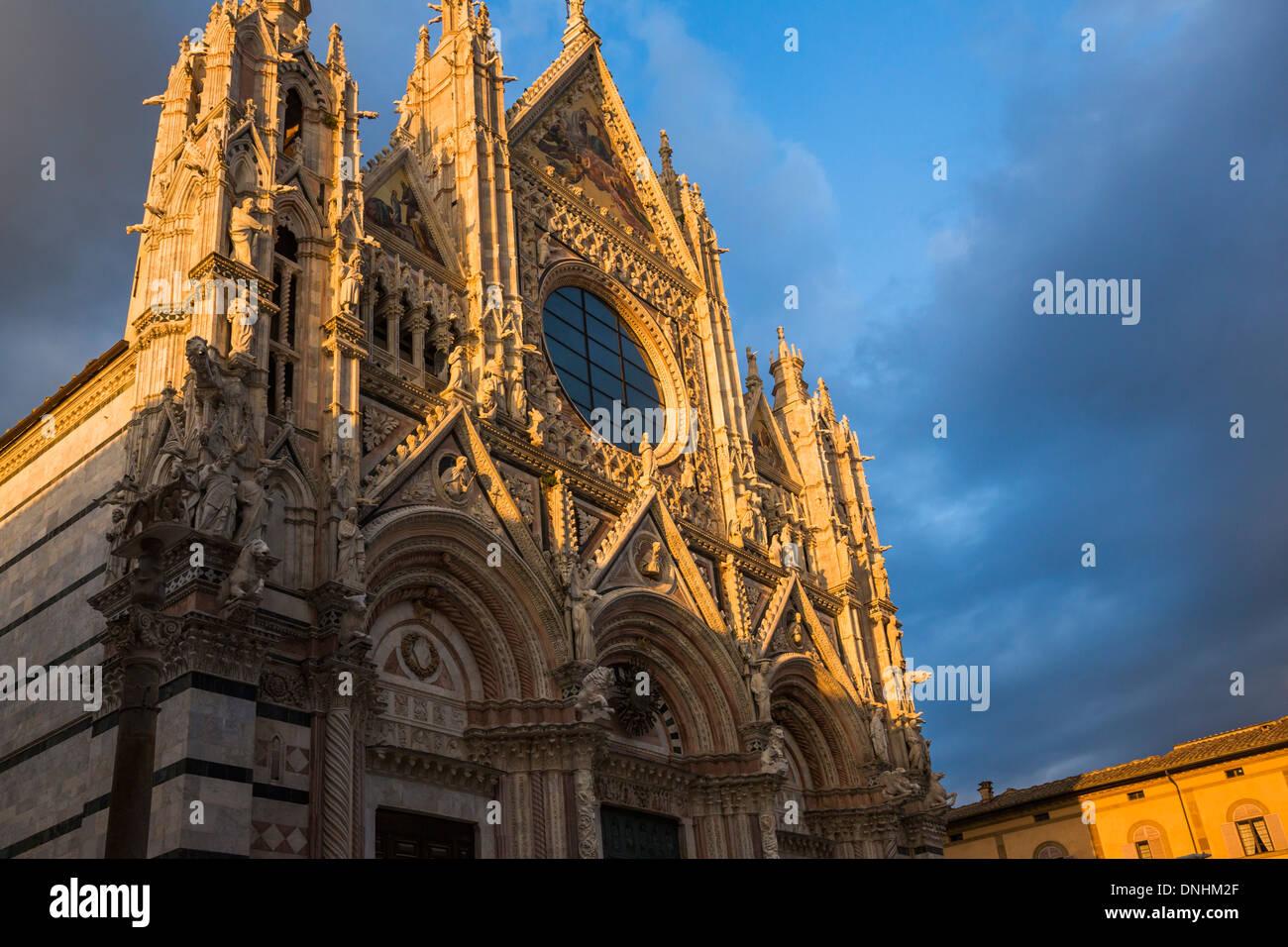 Basso angolo vista di una cattedrale, Cattedrale di Siena, Siena, in provincia di Siena, Toscana, Italia Foto Stock