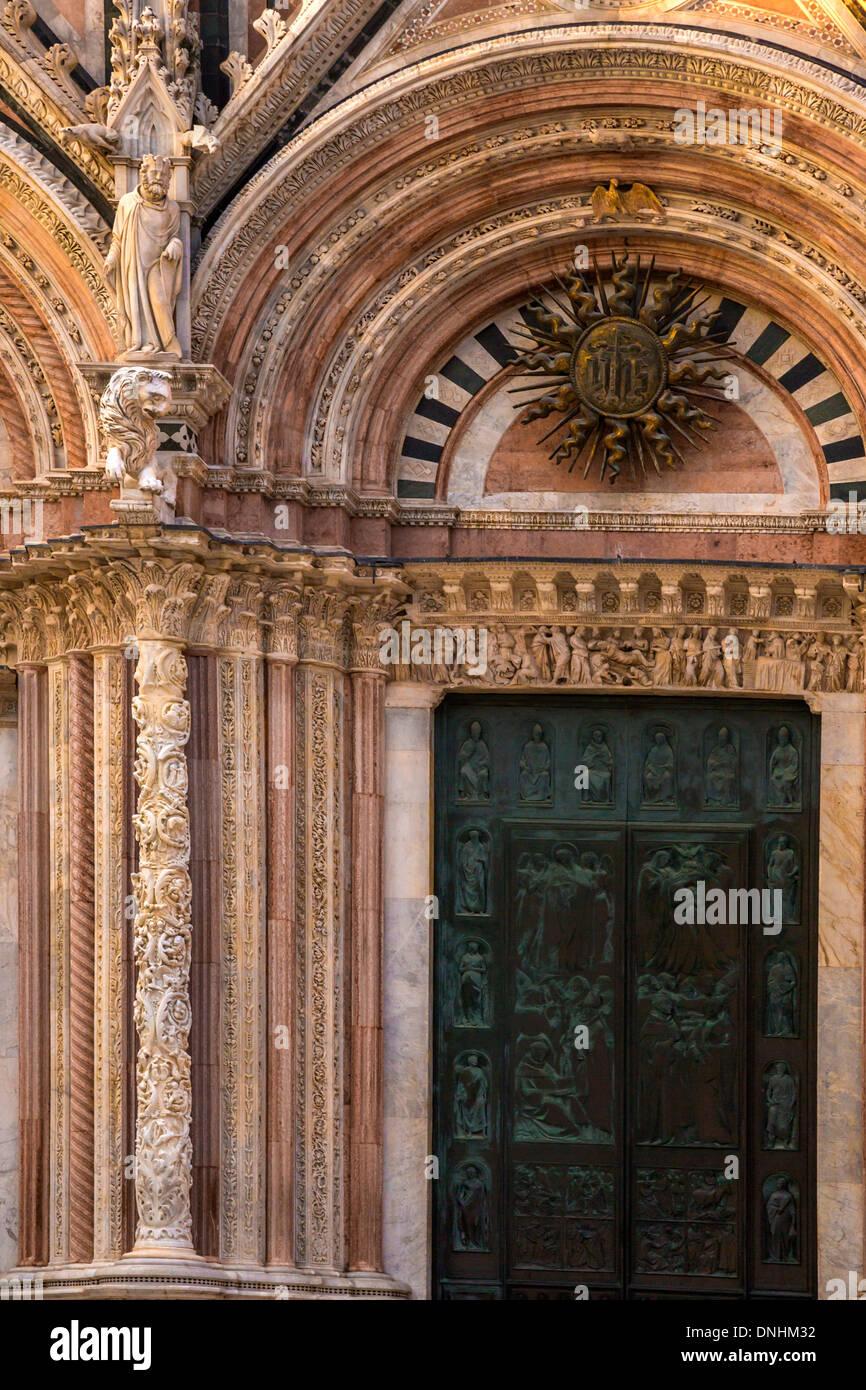 La facciata della cattedrale, Cattedrale di Siena, Siena, in provincia di Siena, Toscana, Italia Foto Stock