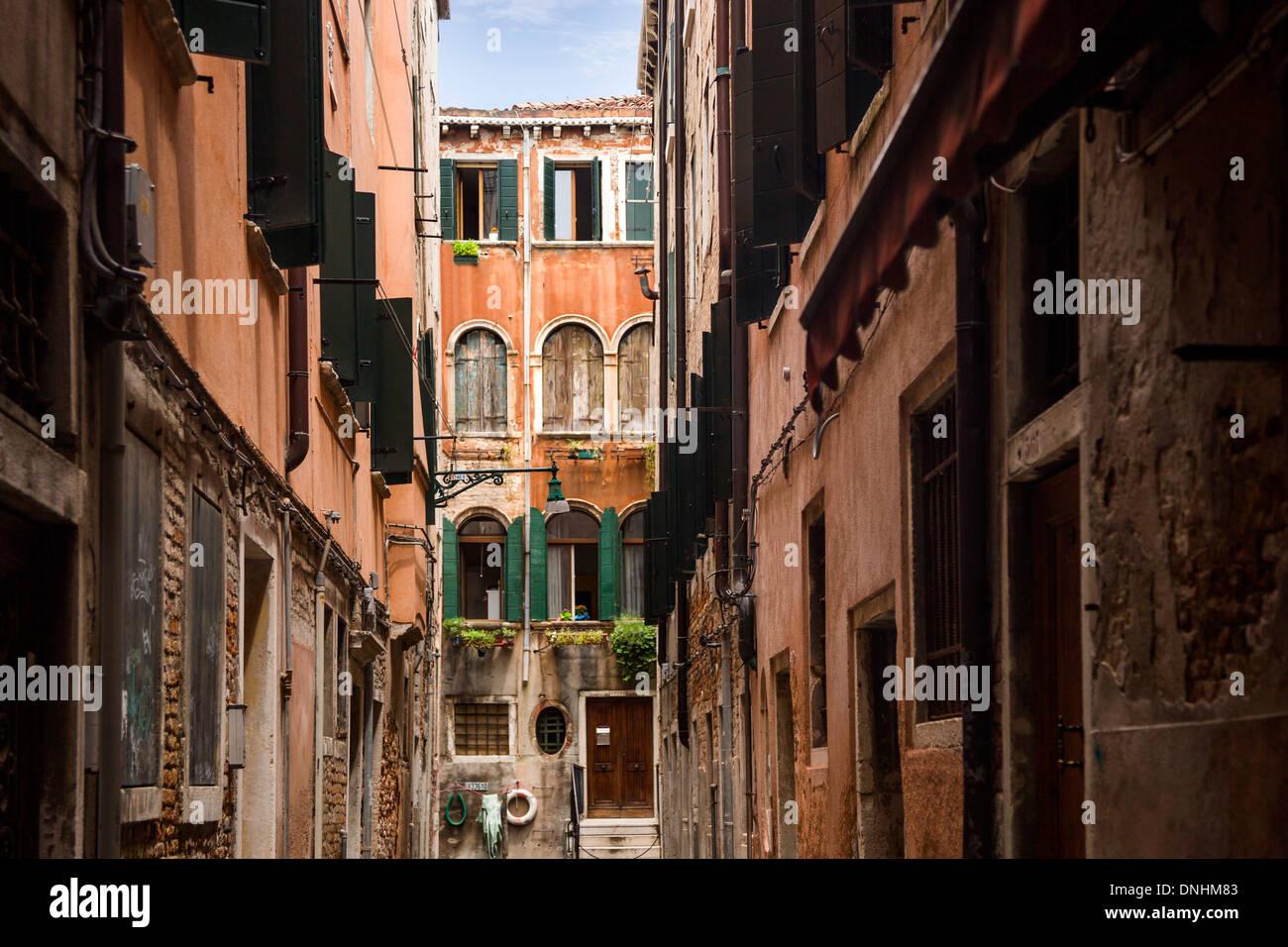 Edifici lungo una strada, Venezia, Veneto, Italia Foto Stock