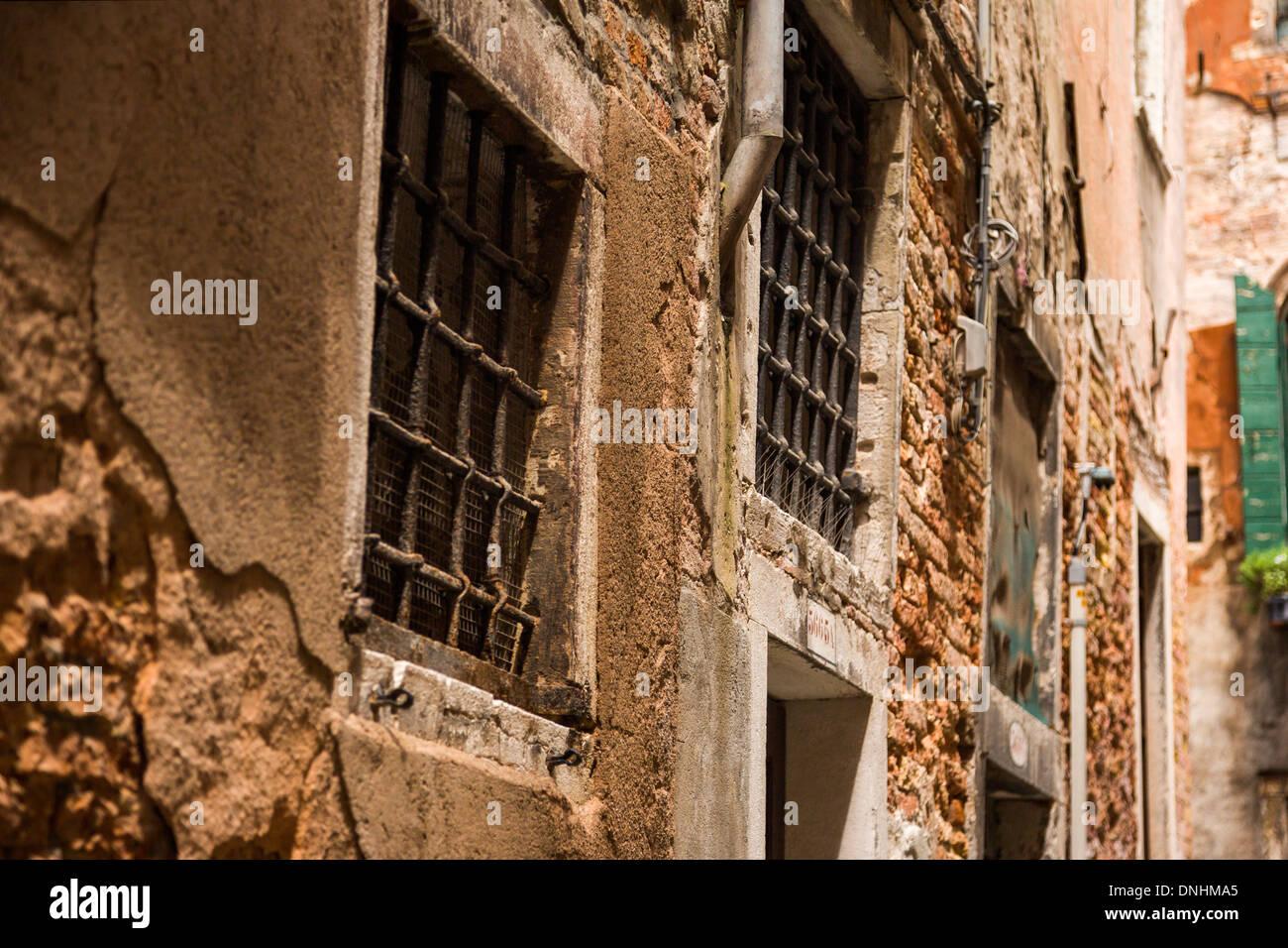 Basso angolo di visione di un vecchio edificio, Venezia, Veneto, Italia Foto Stock