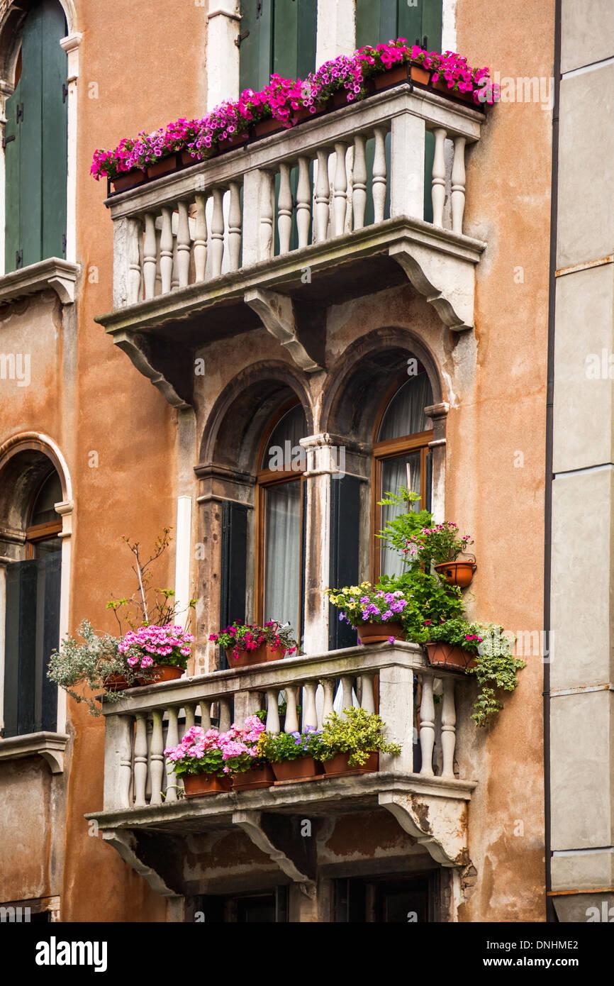 Basso angolo vista di un balcone di edilizia residenziale, Venezia, Veneto, Italia Foto Stock