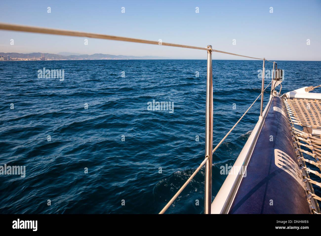Spostamento in barca in mare, Barcellona, in Catalogna, Spagna Foto Stock