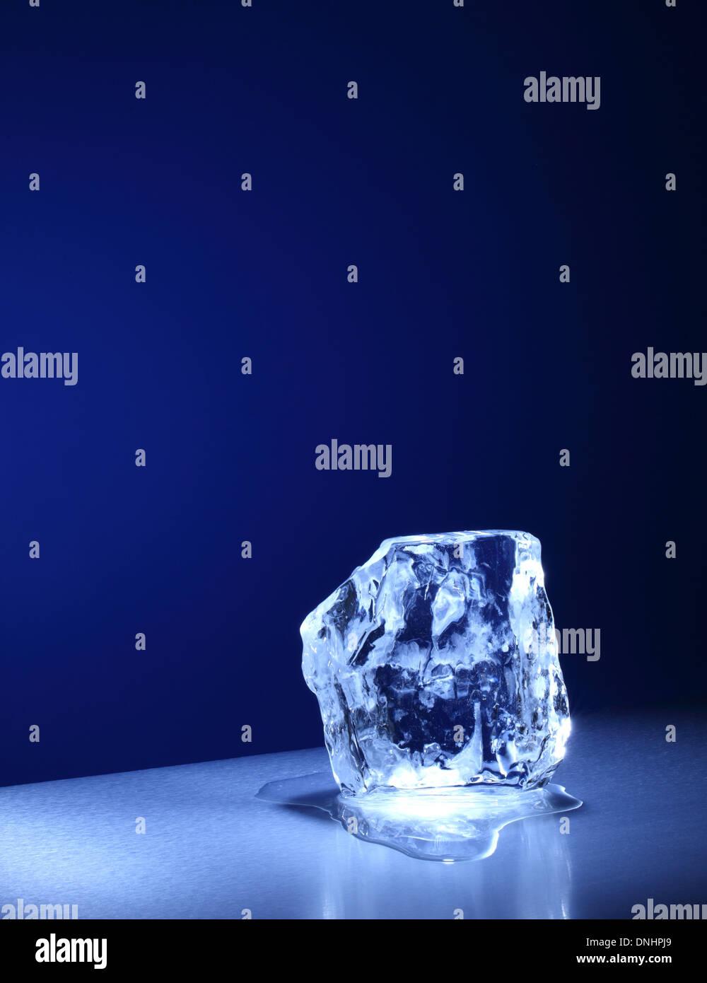 Una grande piazza cube / blocco di ghiaccio lentamente la fusione. Foto Stock