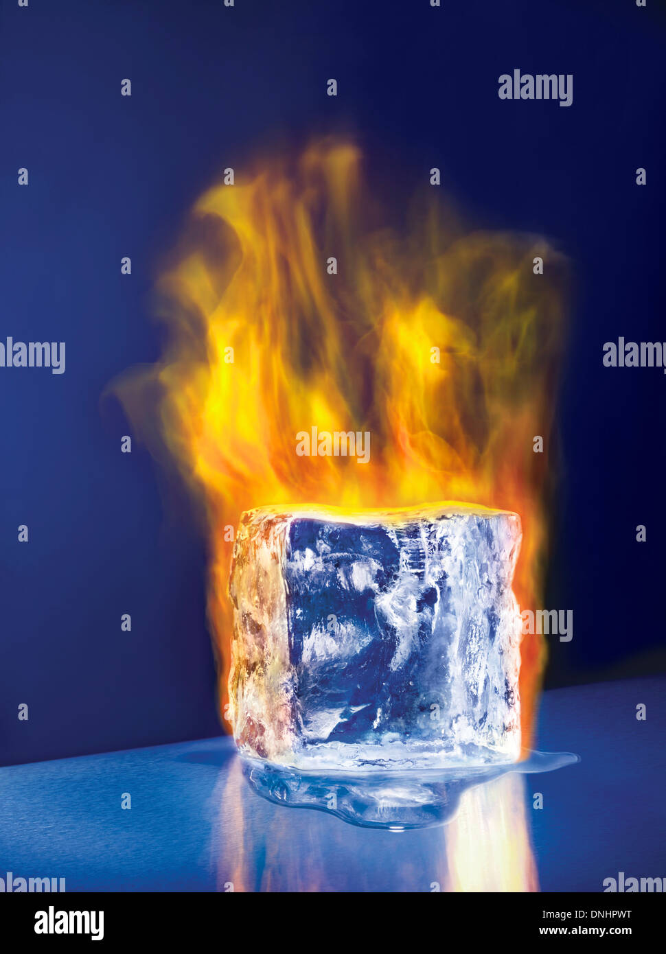 Una fusione di grandi dimensioni blocco di ghiaccio cubo su incendio. Foto Stock