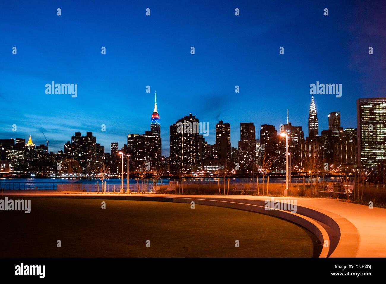 Vista della città di New York Midtown dal gantry Plaza Station Wagon Park nella città di Long Island al tramonto. Immagini Stock