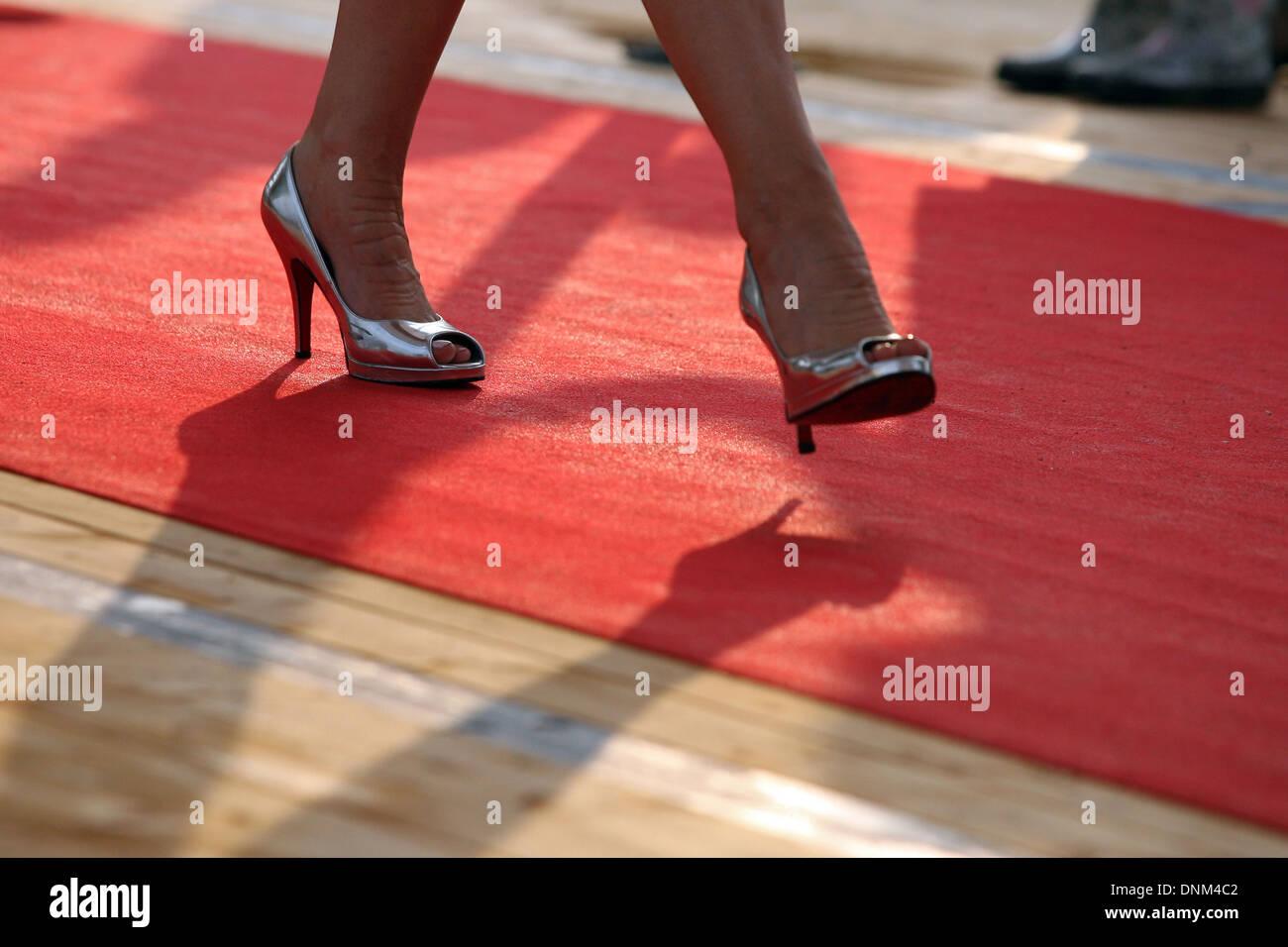 Amburgo, Germania, dettaglio donna gambe correre su un tappeto rosso Foto Stock