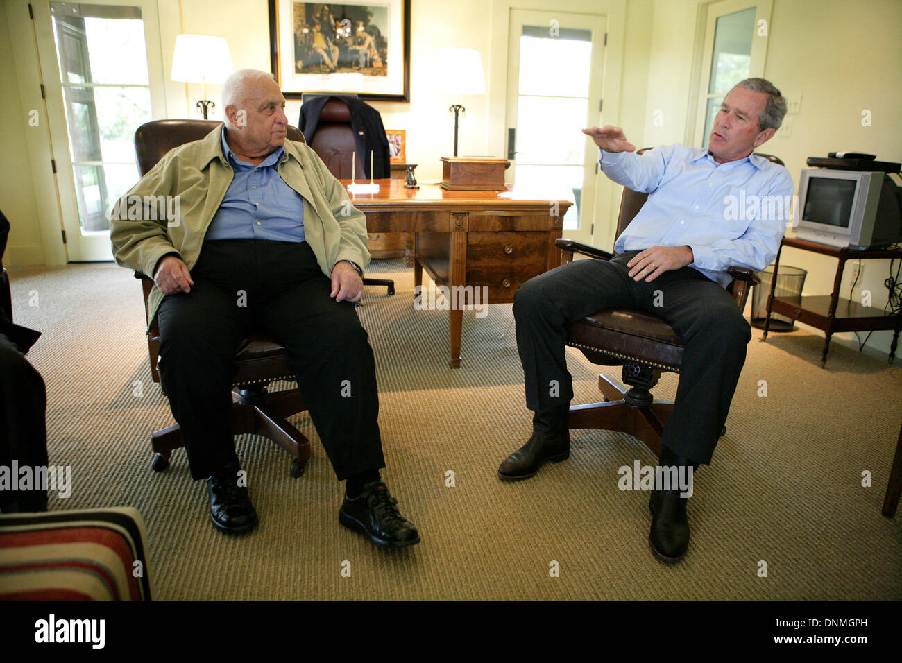 Il Presidente degli Stati Uniti George Bush sottolinea un punto come egli condivide un momento con il Primo Ministro Ariel Sharon di Israele durante Sharon's visita lunedì, 11 aprile 2005, il Presidente nel suo ranch a Crawford, Texas. Credito: Eric Draper - White House via CNP Immagini Stock