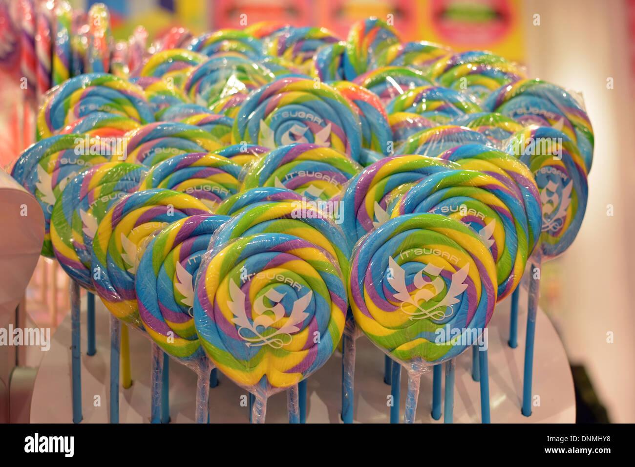 Interno della IT'SZUCCHERO negozio di caramelle su Broadway in Greenwich Village. Un display di grandi lecca lecca in vendita. Immagini Stock