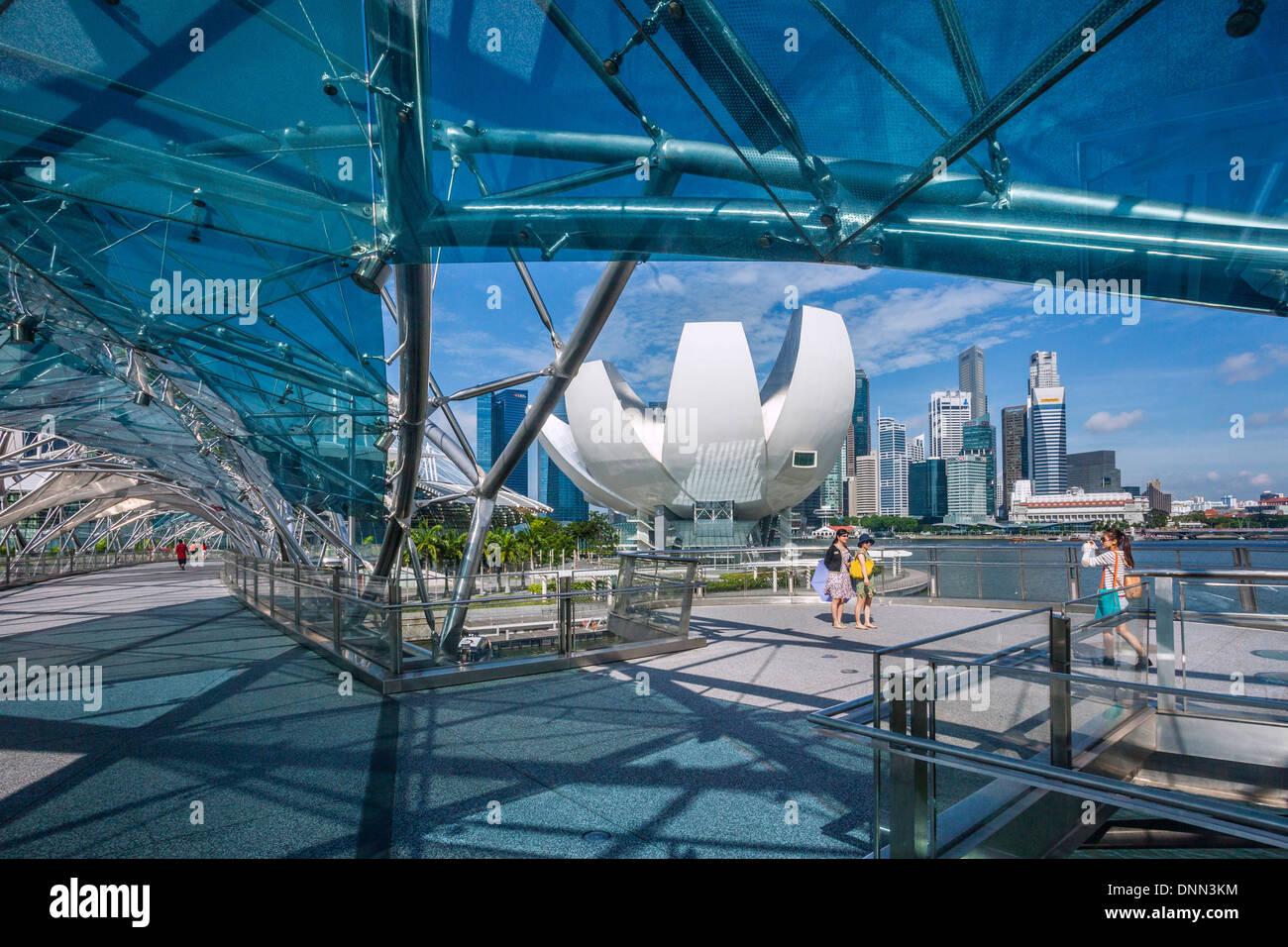 A Singapore, in vista dello stato della tecnica il Museo della Scienza e dello skyline di Singapore e Marina Bay da Helix Bridge Immagini Stock