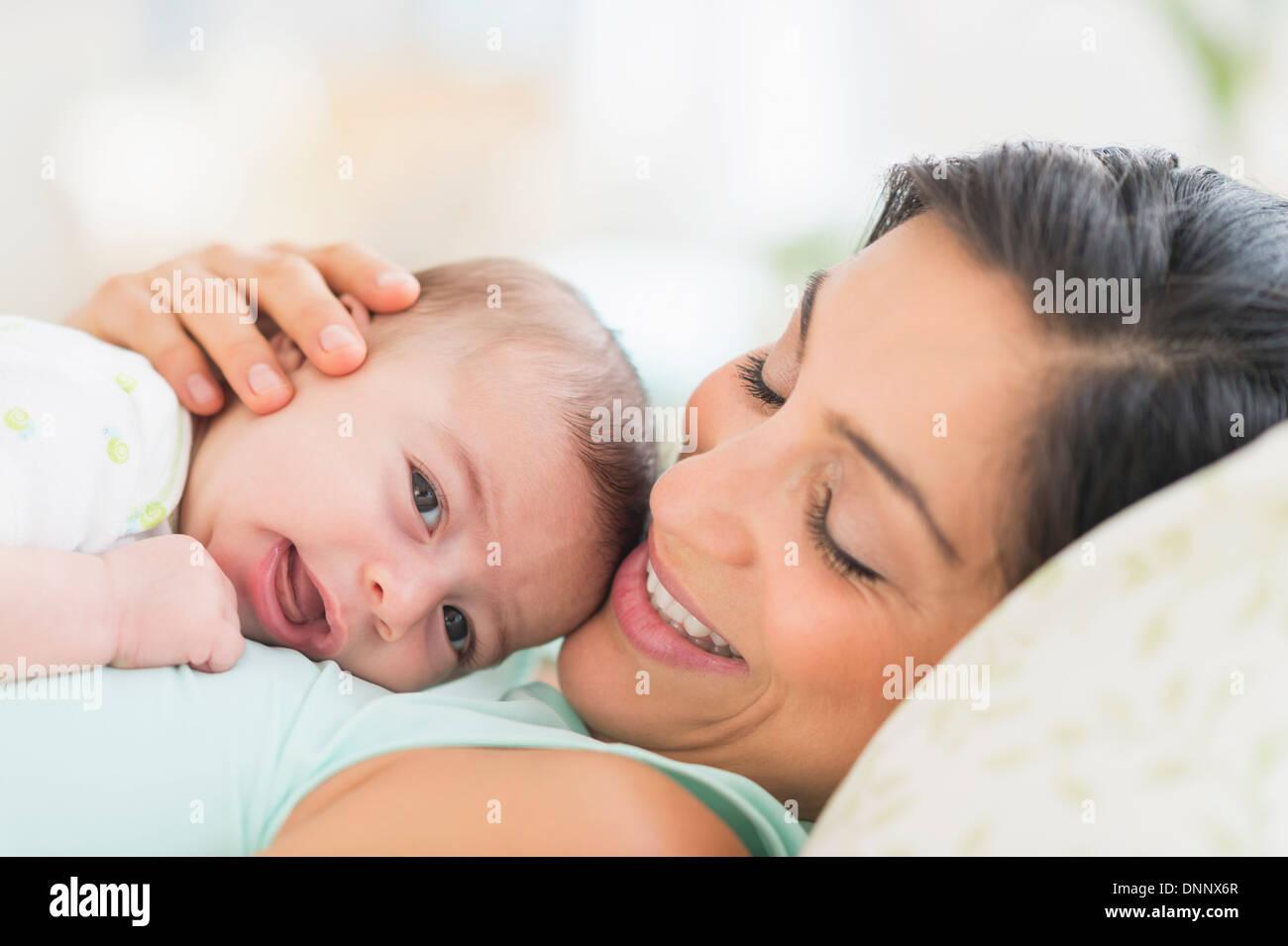La madre gioca con baby (2-5 mesi) Immagini Stock
