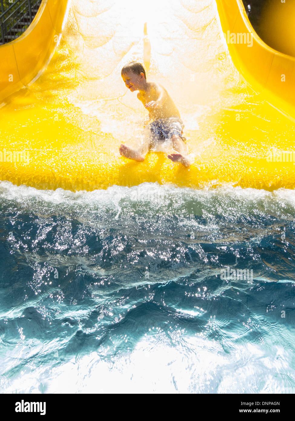 In Germania, in Turingia, ragazzo (6-7) avente divertimento sulla slitta di acqua Immagini Stock