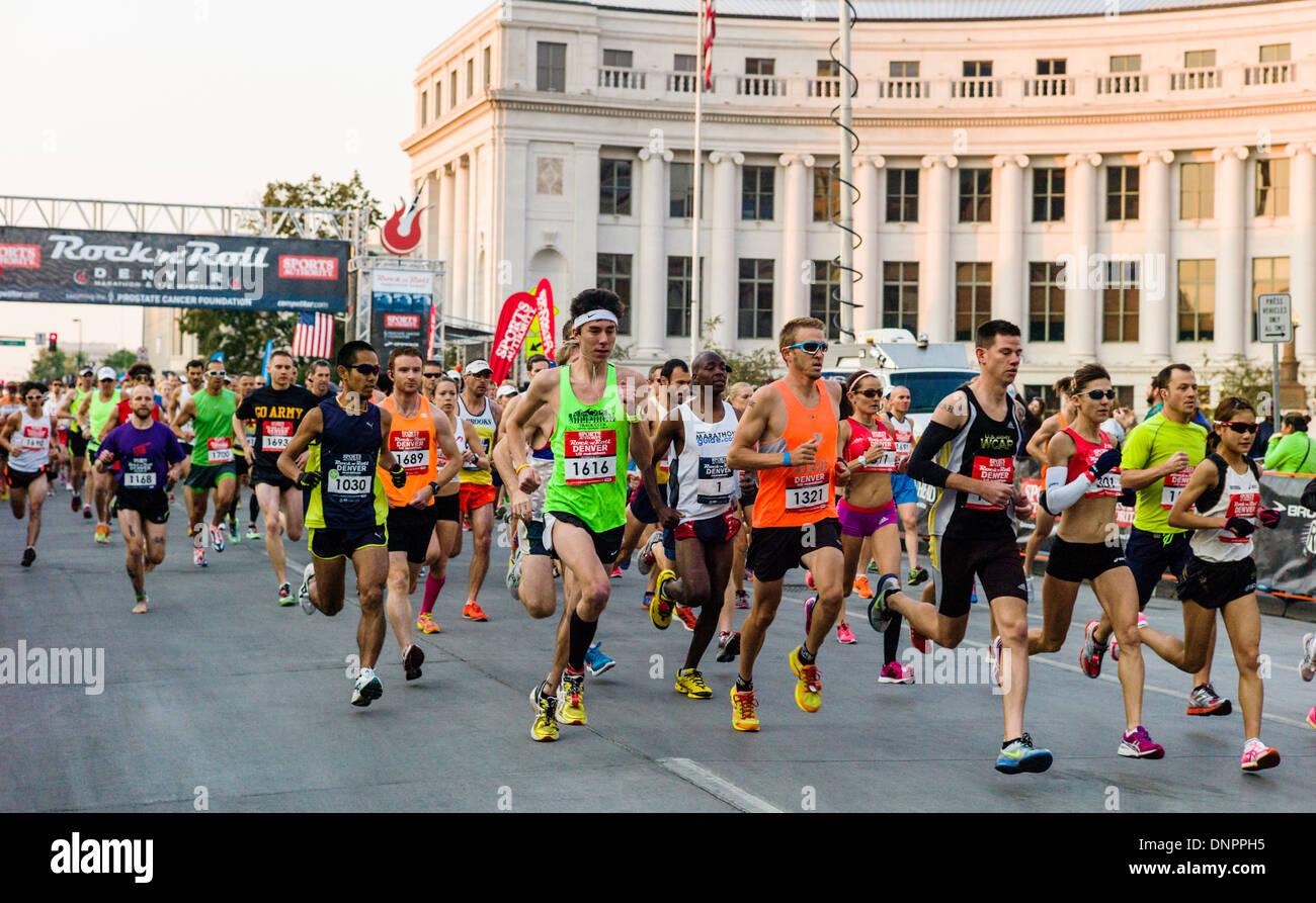 Guide di scorrimento in autorità sportive Rock'n'Roll Marathon, Denver, Colorado, Stati Uniti d'America. Raccolta fondi per il cancro della prostata Foundation. Immagini Stock
