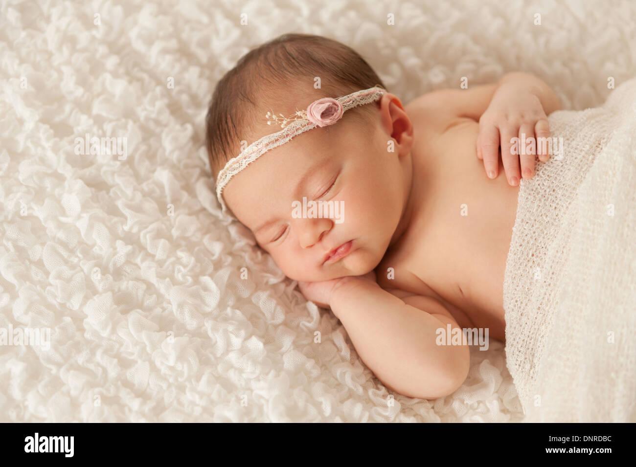 Sleeping neonato bambina indossa un archetto di pizzo Foto ... 9d605b92c77b