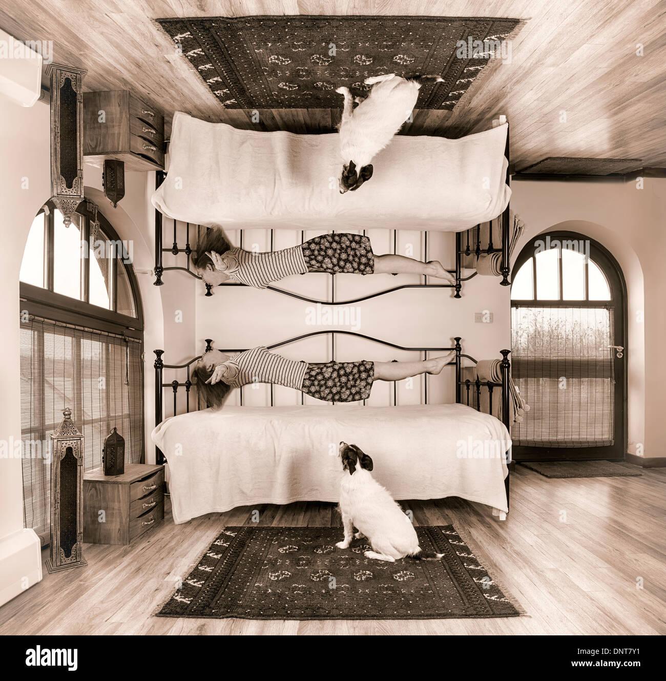 Sogno surreale scena della donna la levitazione letto off Immagini Stock