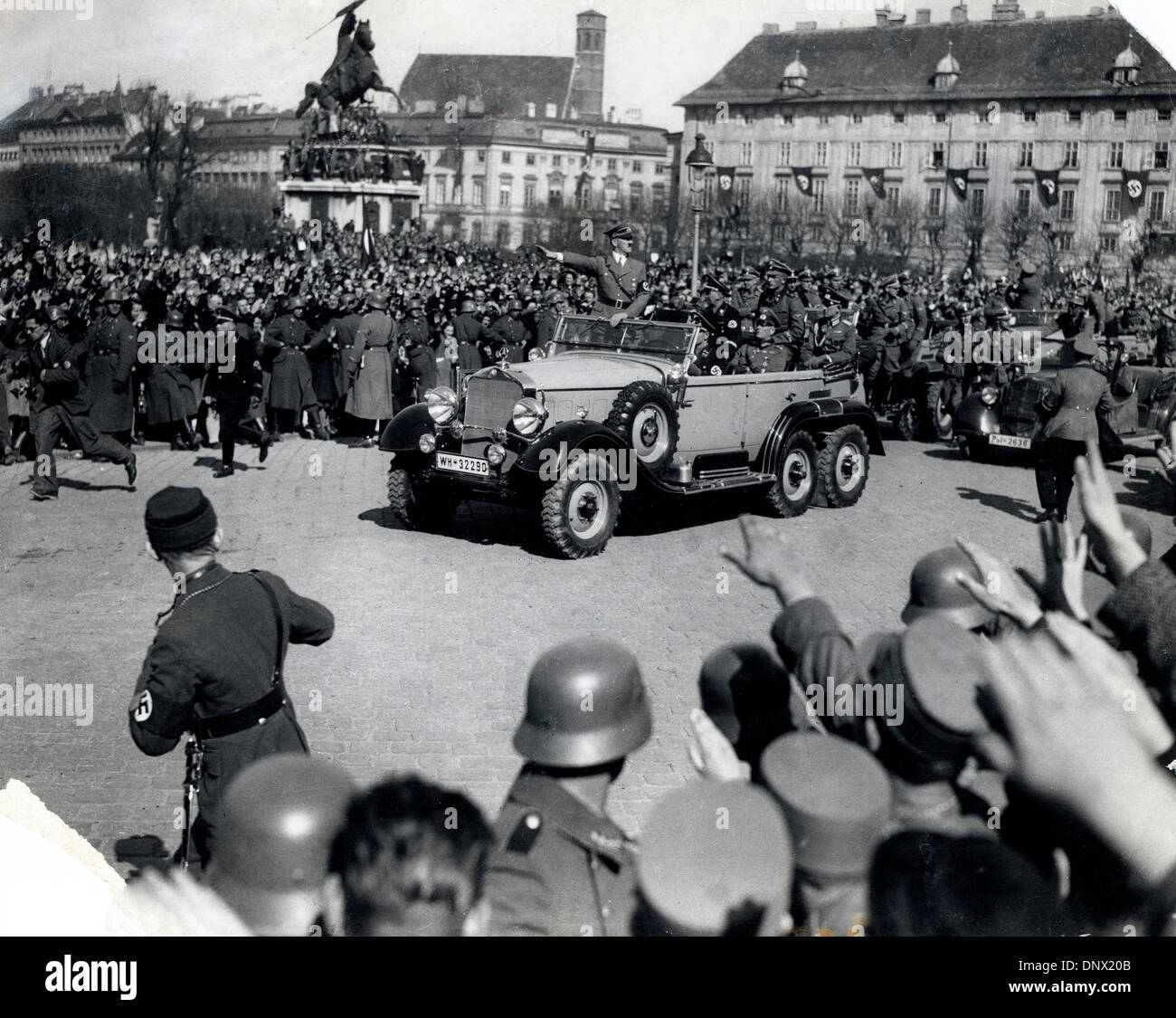 "1 marzo 1938 - Vienna, Austria - leader nazista ADOLF HITLER entrando nella piazza del vecchio palazzo imperiale di Vienna all'Anschluss …sterreichs, l'inclusione dell'Austria in un ""grande Germania' nel 1938. (Credito Immagine: © Keystone Pictures USA/ZUMAPRESS.com) Immagini Stock"