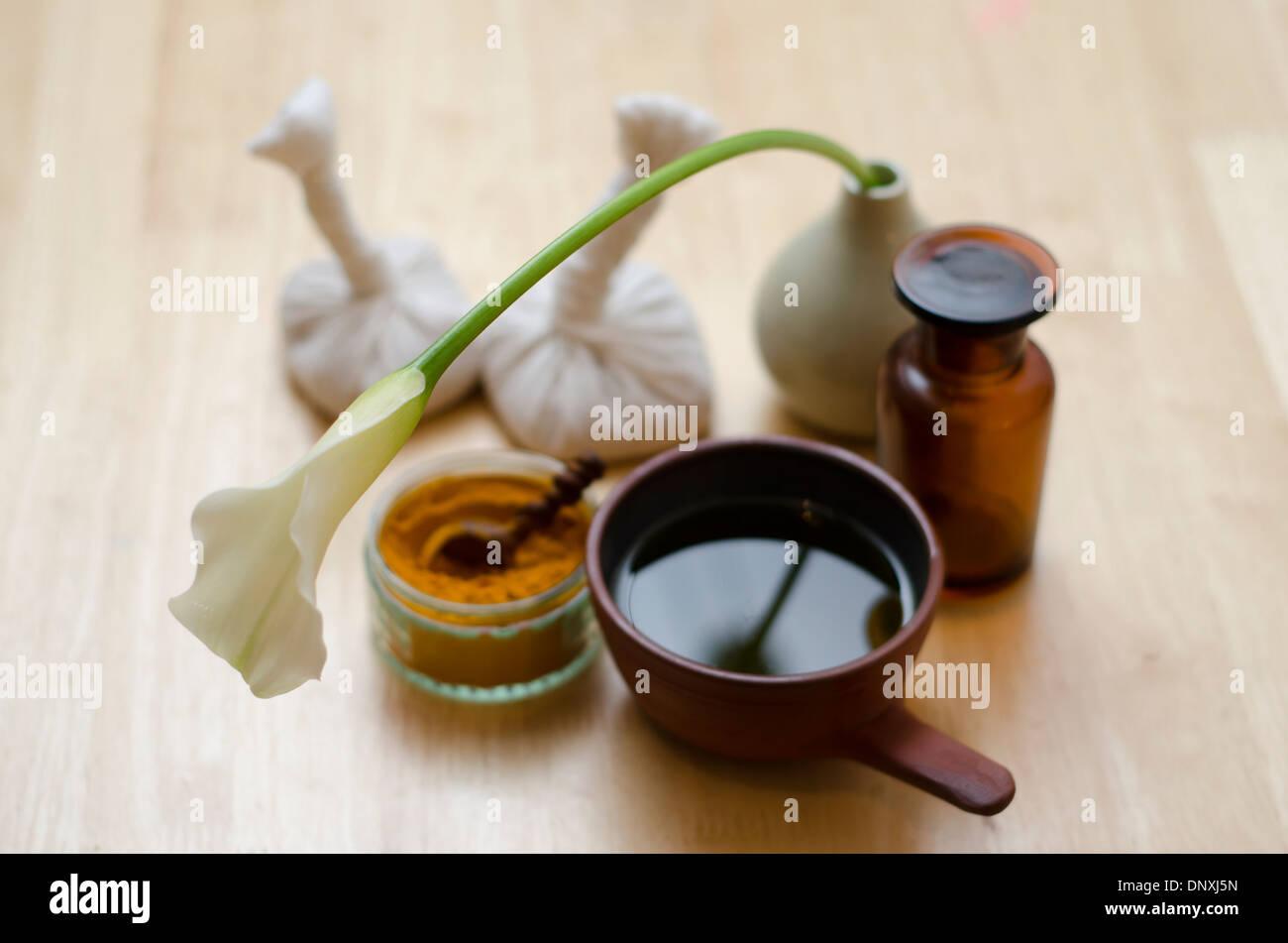 Il piano di un tavolo disposizione delle spezie, olio di massaggio e gli strumenti utilizzati nel massaggio Ayurveda. Immagini Stock