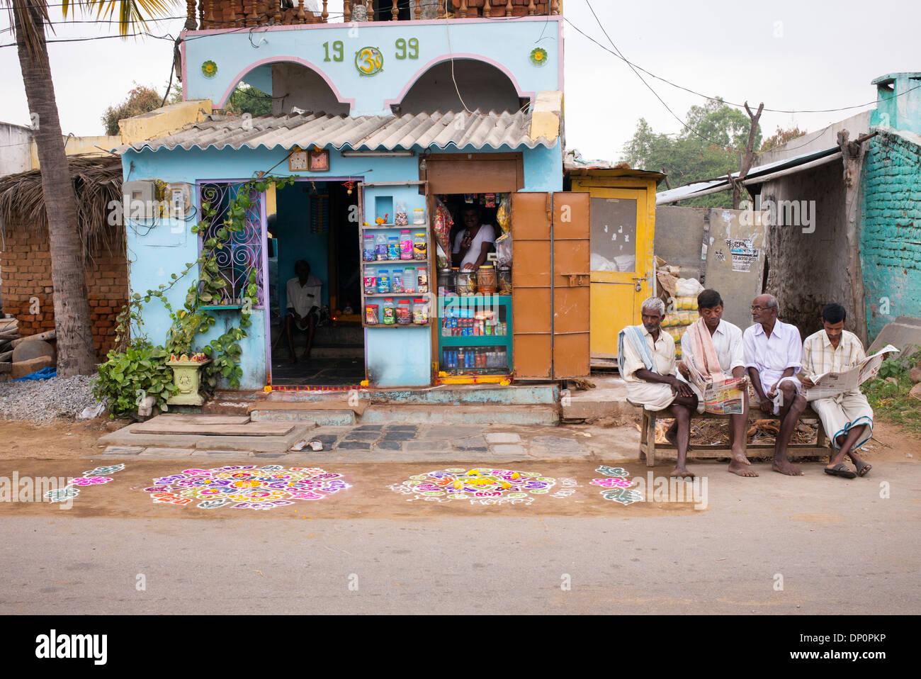 Rangoli festival di polvere colorata disegni al di fuori di una zona rurale villaggio indiano shop. Andhra Pradesh, India Immagini Stock