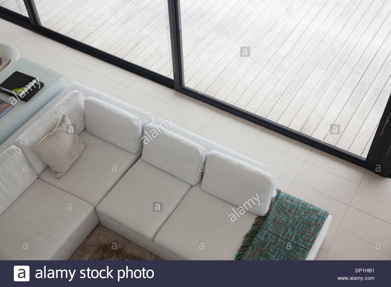Elevato angolo di vista in sezione del divano in soggiorno moderno Immagini Stock