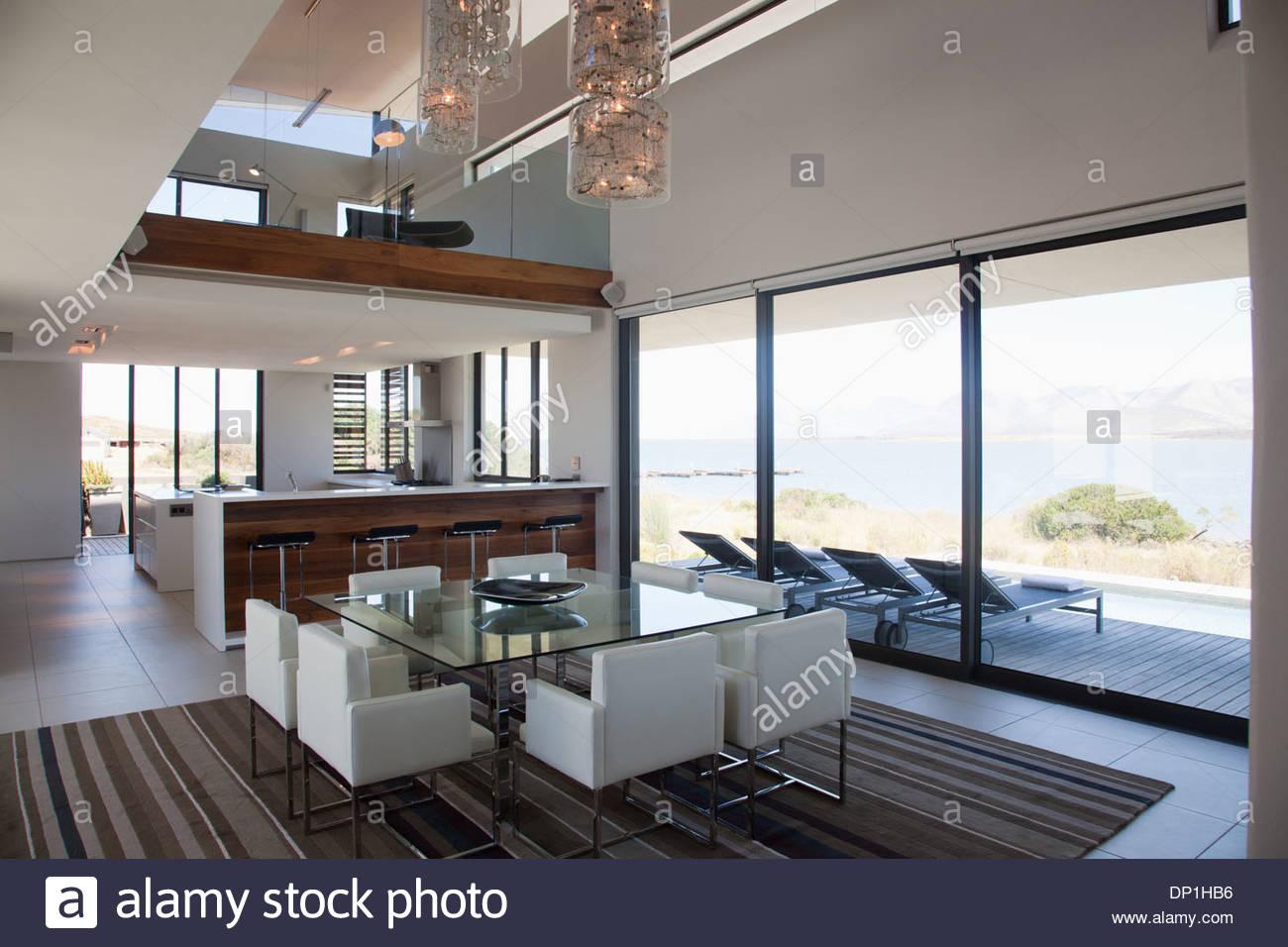 La sala da pranzo e piano aperto in casa moderna Immagini Stock