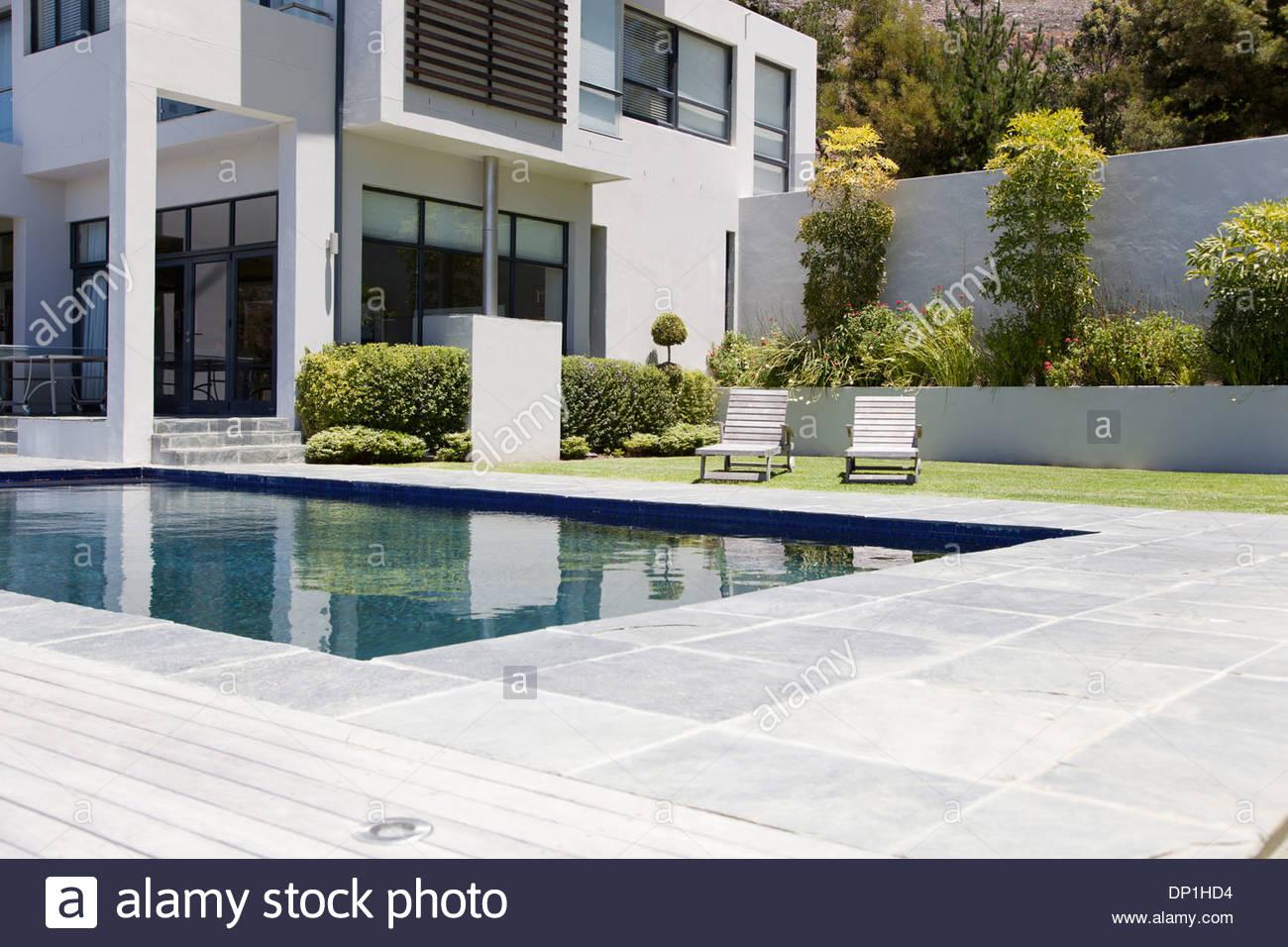 Casa moderna con piscina Immagini Stock