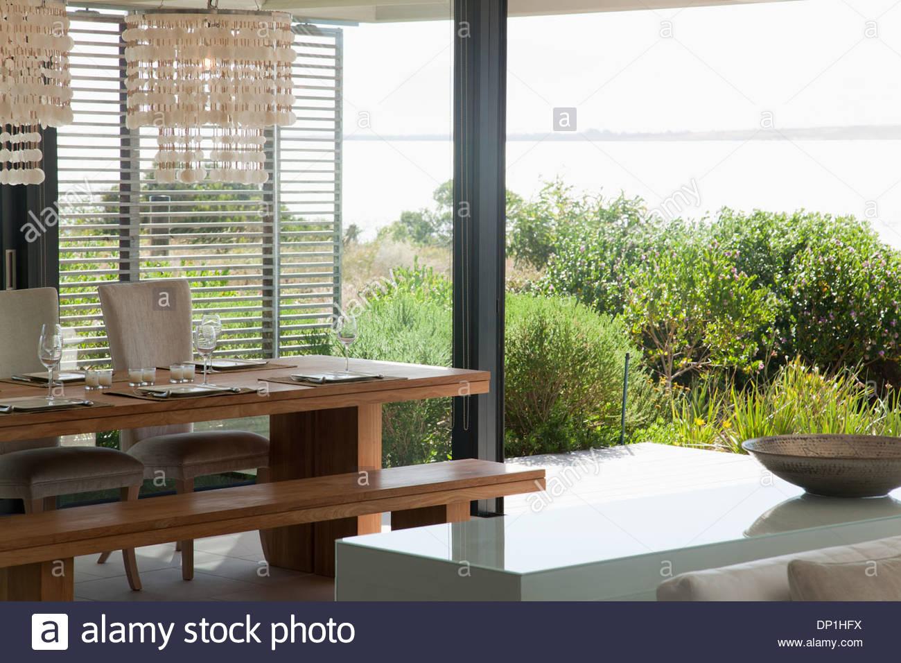 Tavolo da pranzo in casa moderna Immagini Stock