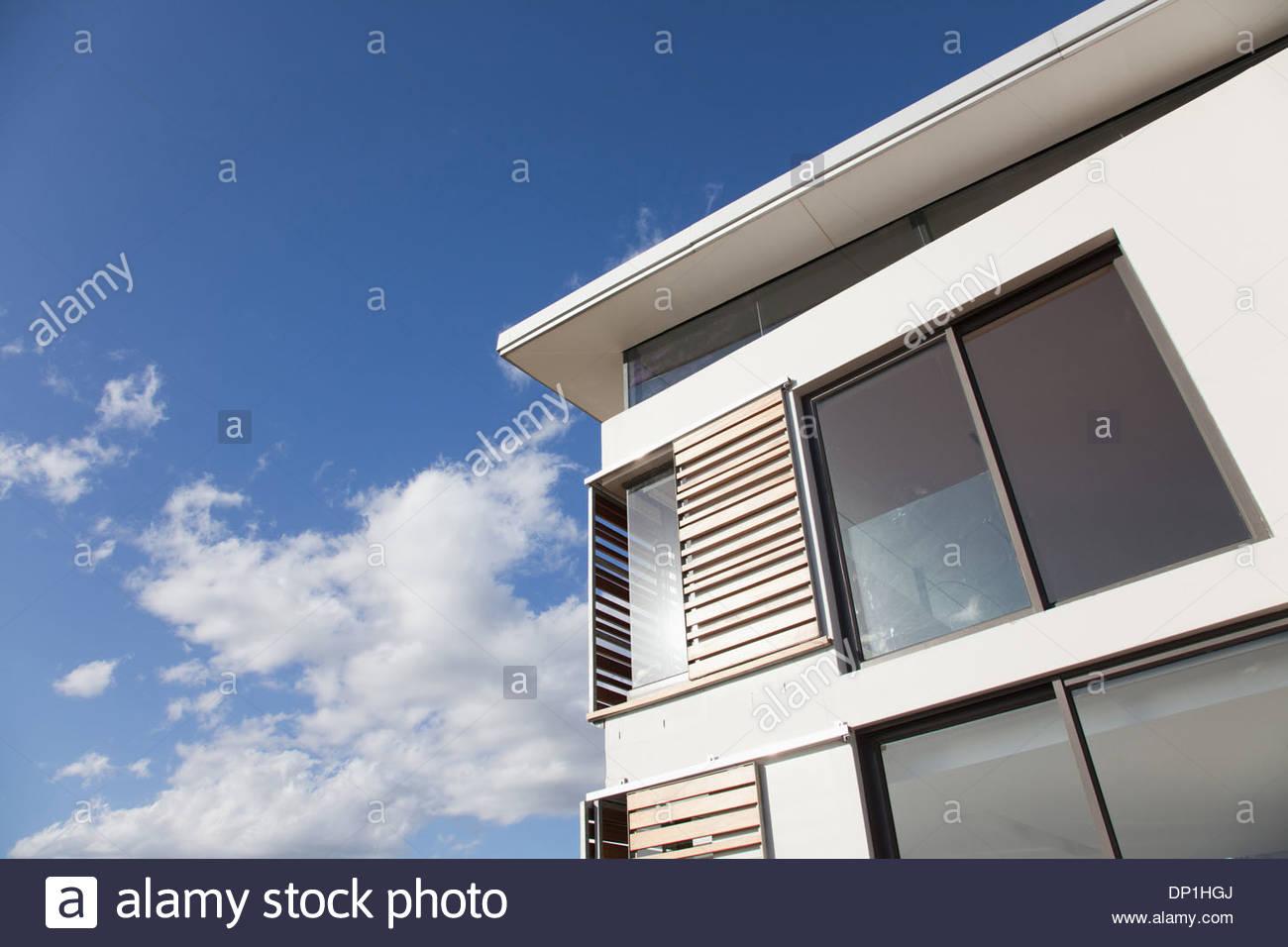Basso angolo vista di persiane in legno su casa moderna Immagini Stock