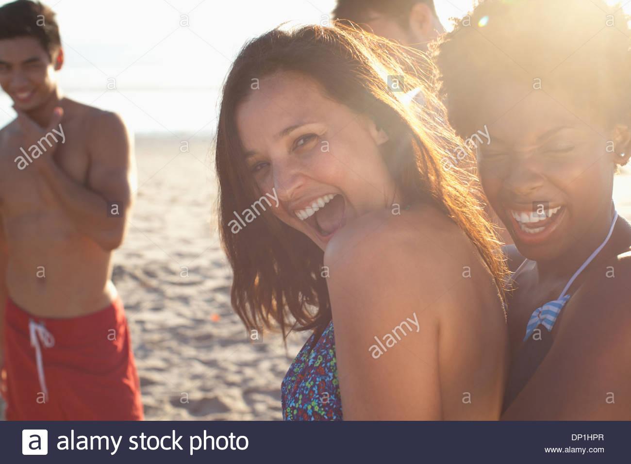 Le donne insieme giocando sulla spiaggia Immagini Stock