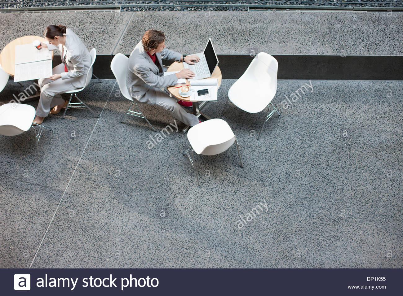 Uomo d affari con computer portatile a tavola Immagini Stock
