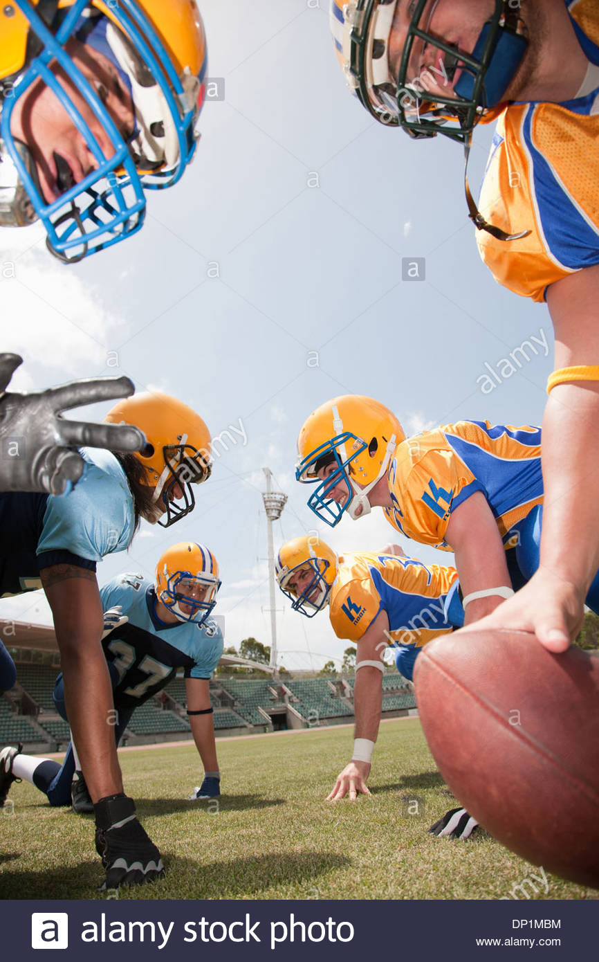 I giocatori di calcio si preparano a giocare il gioco del calcio Immagini Stock