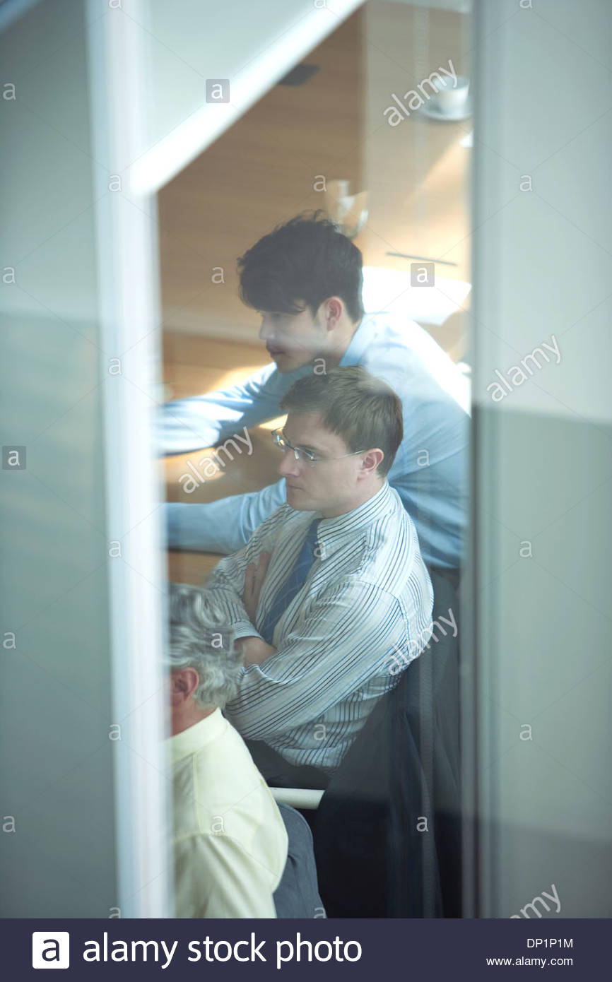Vista del business delle persone sedute in sala conferenze Immagini Stock