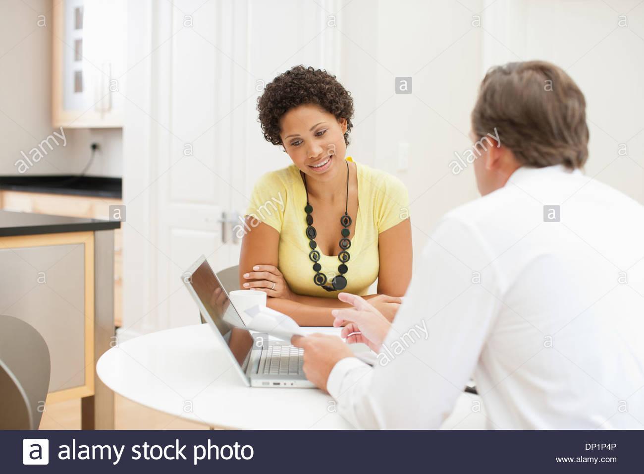 Donna incontro con il consulente finanziario Immagini Stock