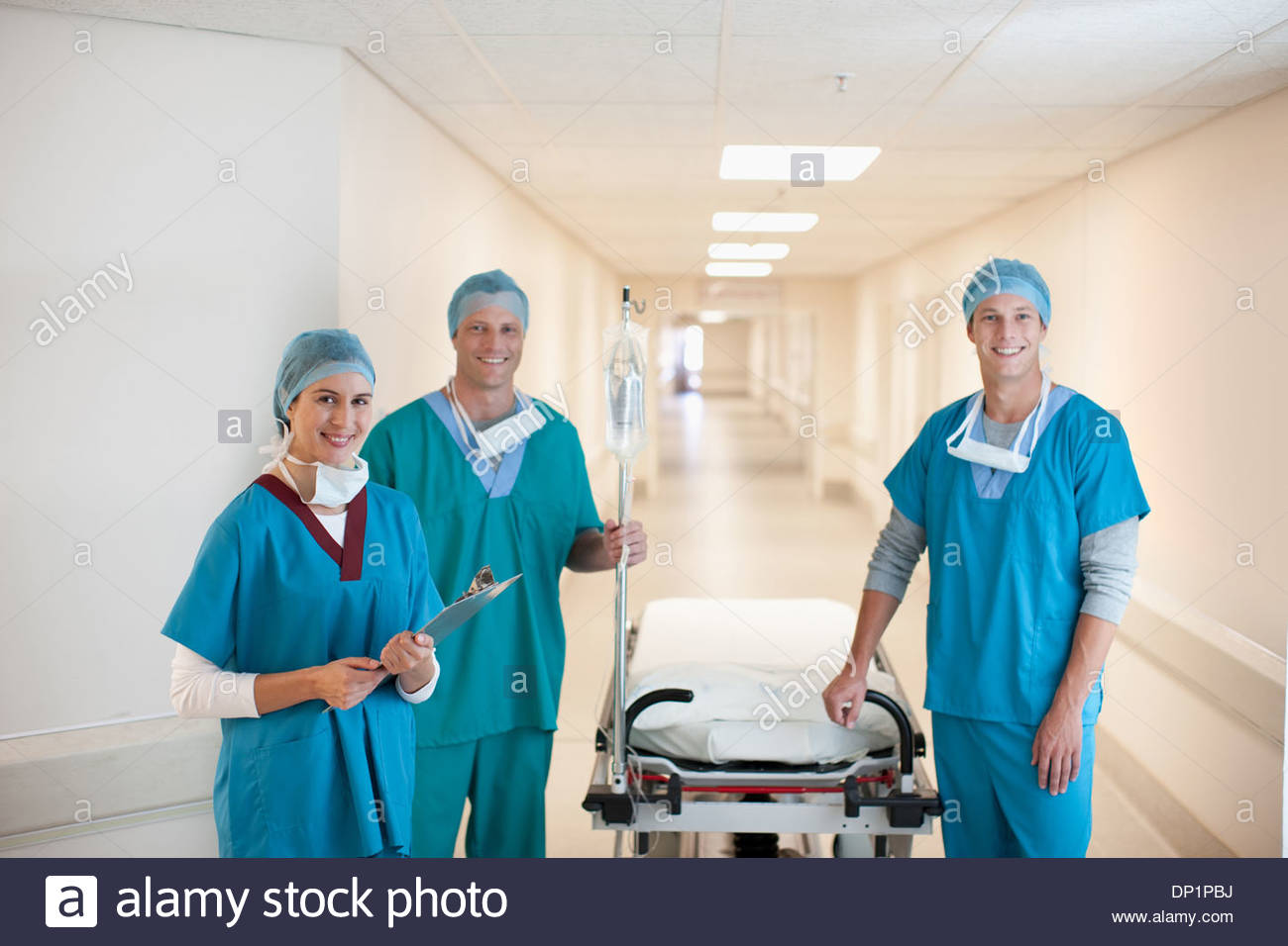 I chirurghi in ospedale con barella Immagini Stock