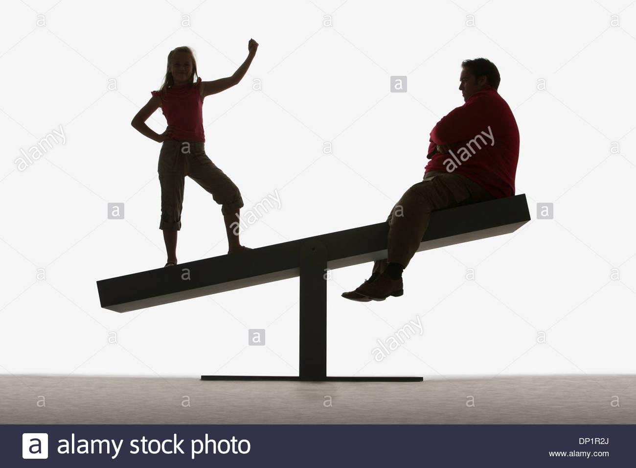 L uomo e la ragazza sulla estremità di una doga Immagini Stock