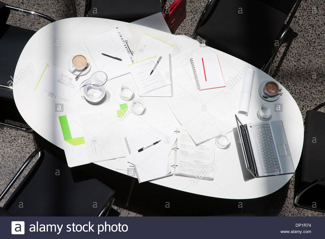Direttamente sopra la documentazione, caffè, laptop e notebook sul tavolo da conferenza Immagini Stock