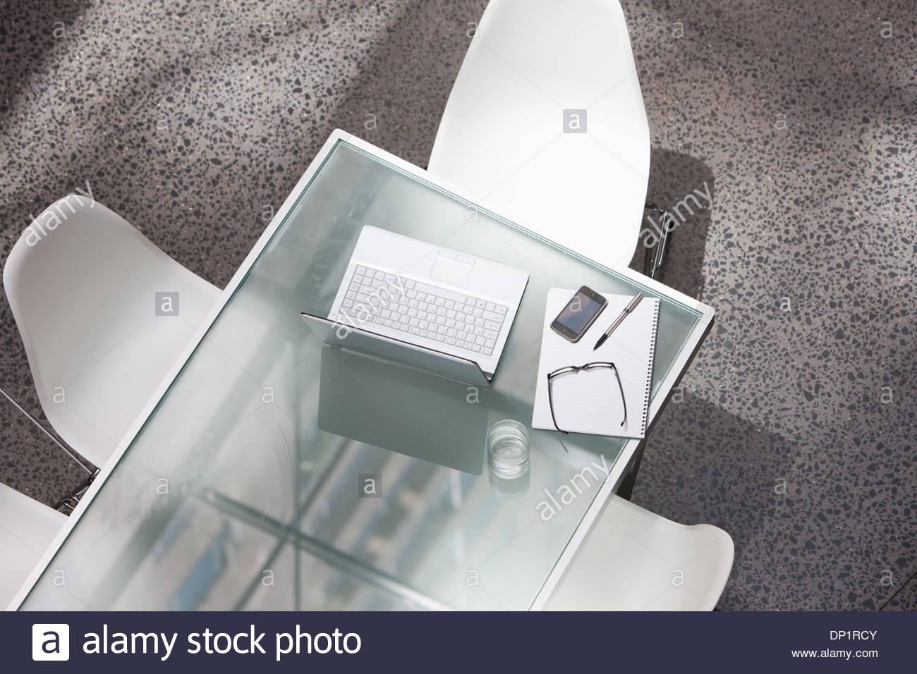 Laptop e bicchiere di acqua su un tavolo per conferenza Immagini Stock