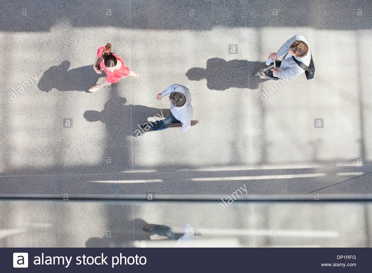 Le ombre delle persone che camminano da direttamente sopra Immagini Stock