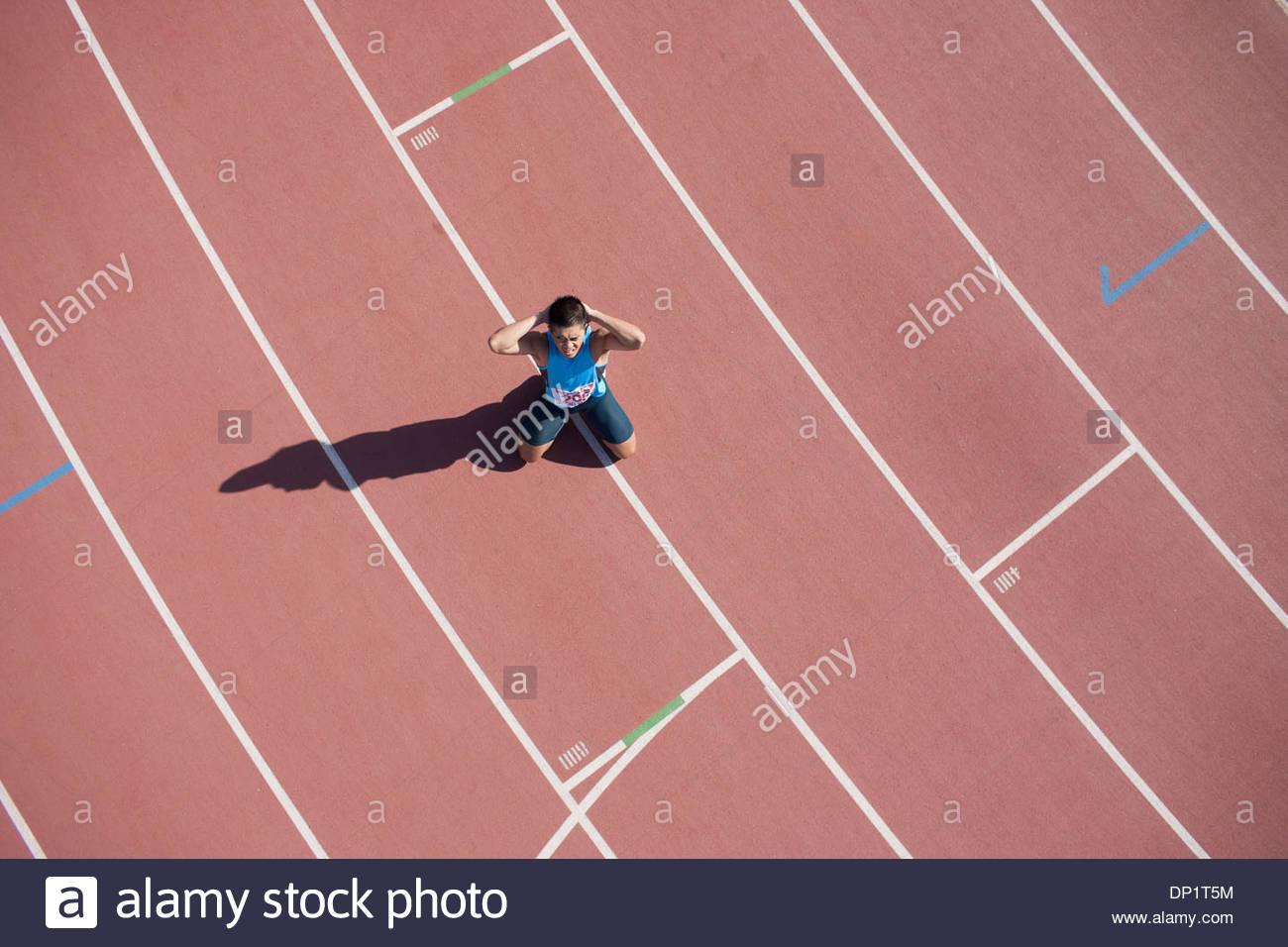 Deluso runner inginocchiato sulla via Immagini Stock