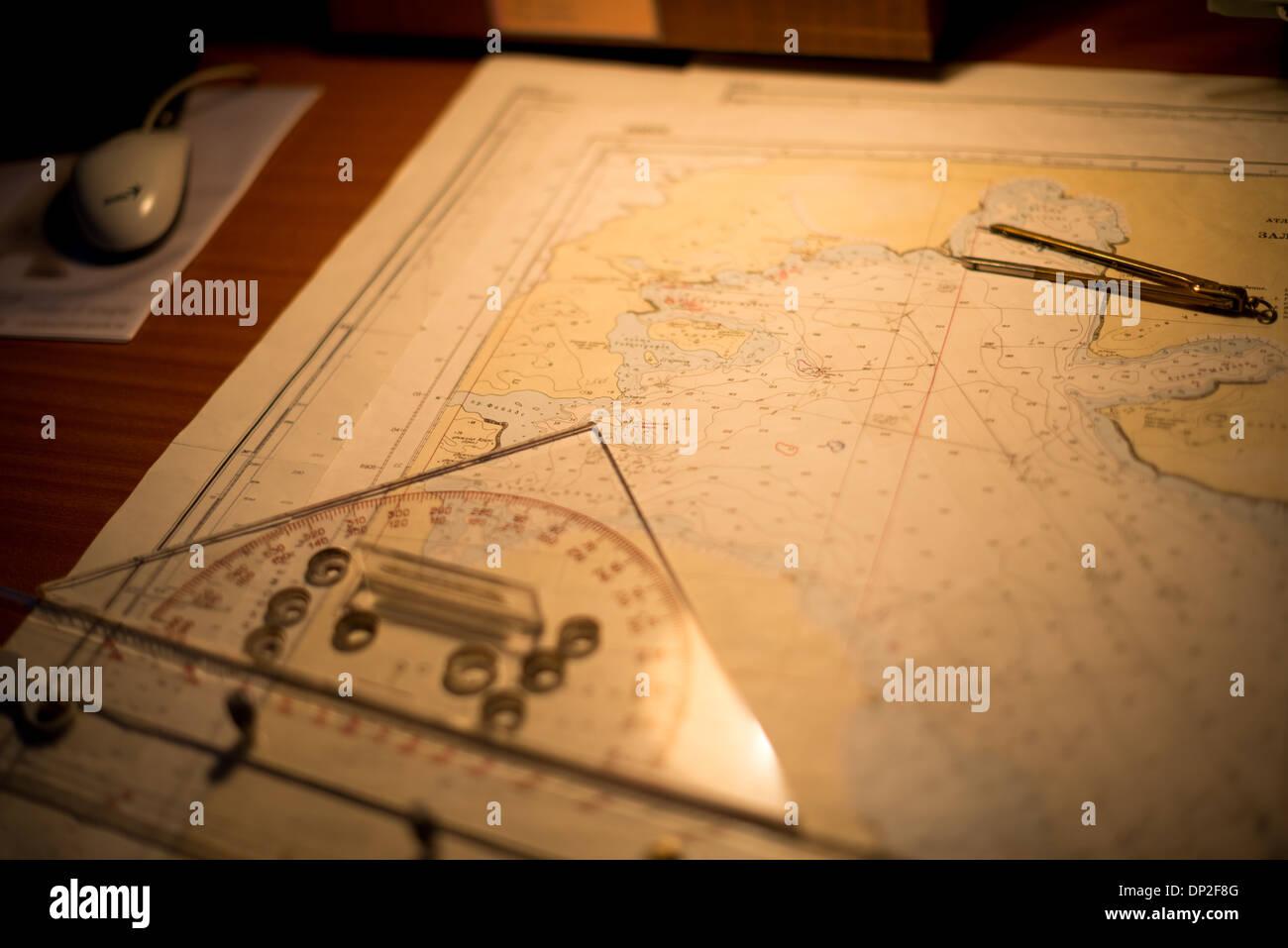 Antartide - le carte di navigazione su una tavola della mappa sul ponte di un'Antartide la nave di crociera, il pioniere polare. Immagini Stock