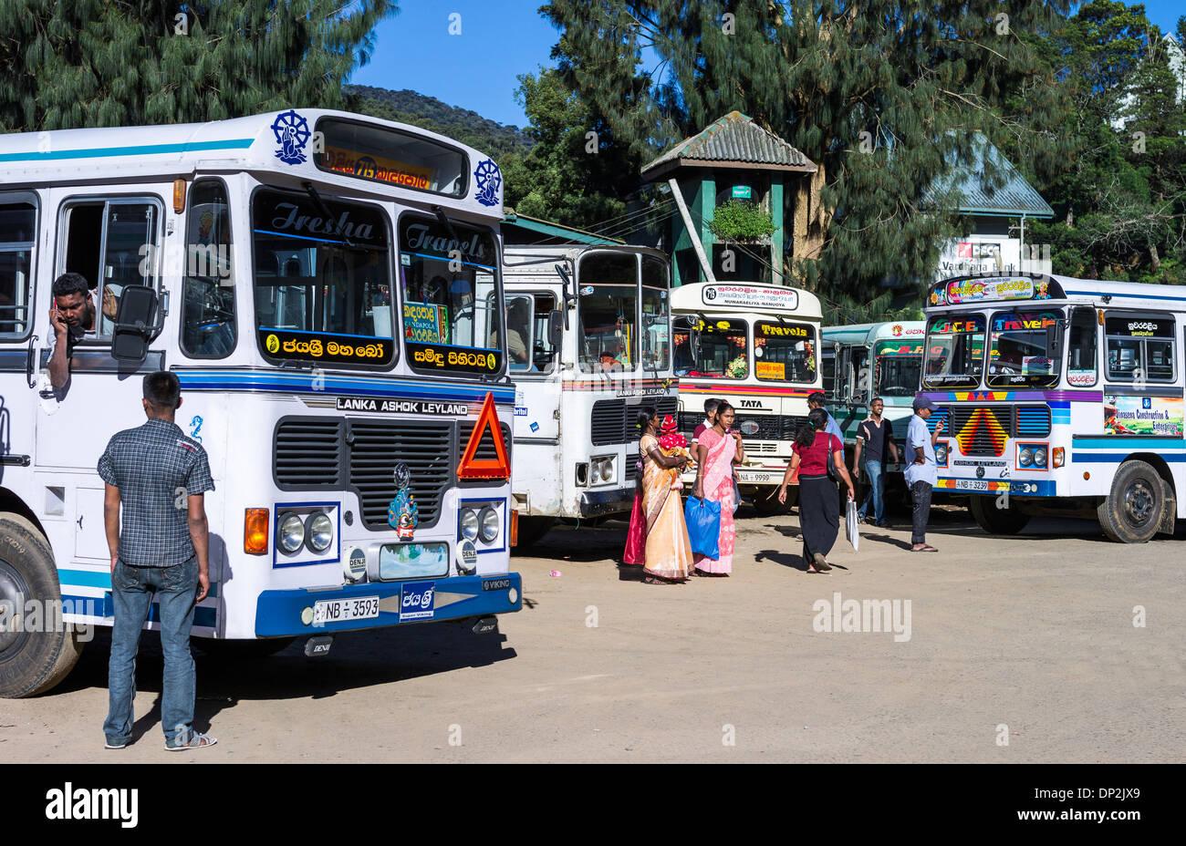 Sri Lanka, Nuwara Elija, persone locali nella stazione degli autobus Immagini Stock