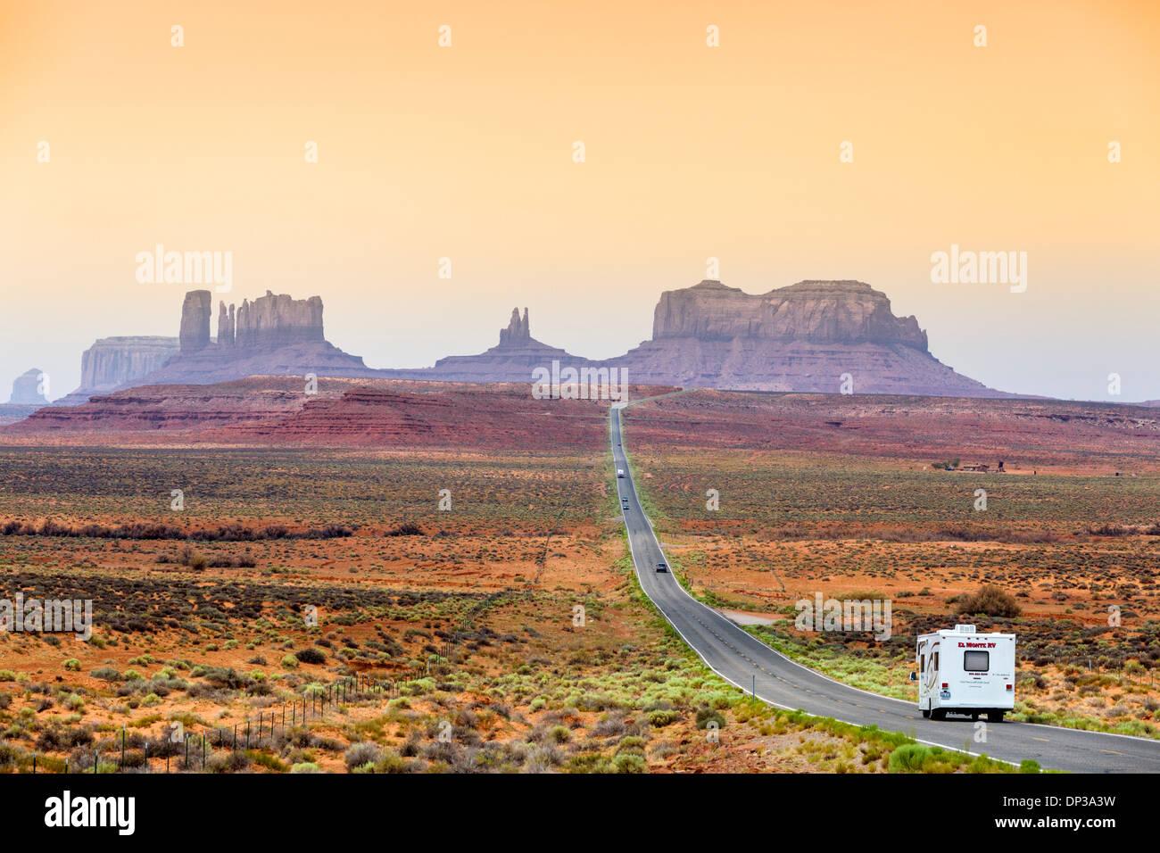 USA viaggio. Camper van (Motorhome) sulla US 163 guardando a sud verso Monument Valley, Utah, Stati Uniti d'America Immagini Stock
