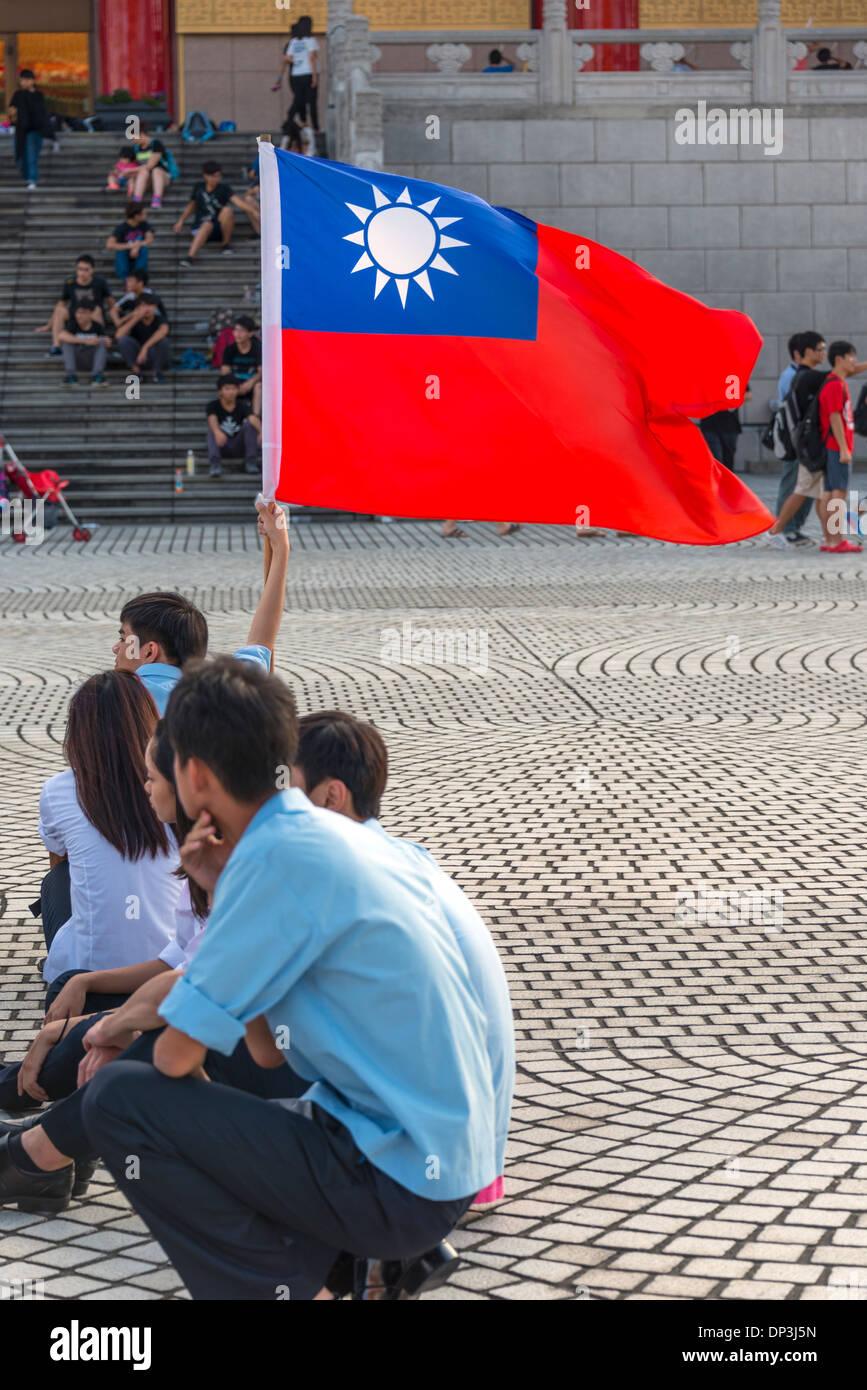 Gli studenti con la bandiera di Taiwan, Liberty Square, Taipei, Taiwan Immagini Stock