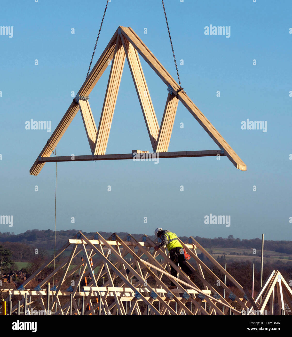 Installazione di un frame di legnami tetto nuove abitazioni, Grantham, Lincolnshire Immagini Stock
