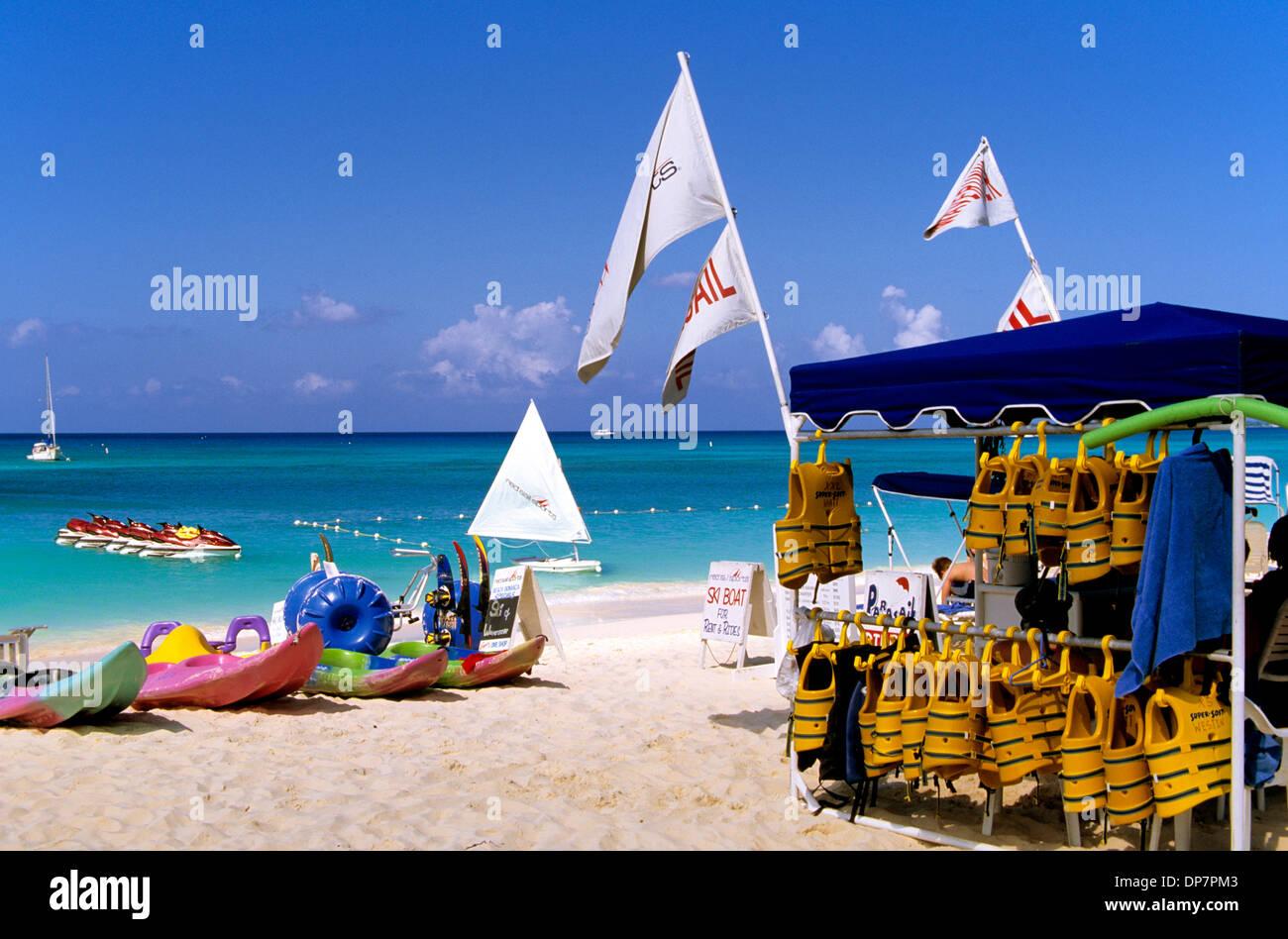 Seven Mile Beach (solo a 5 miglia e mezza lunghezza) su Grand Cayman gode della reputazione come uno dei Caraibi le migliori spiagge Immagini Stock