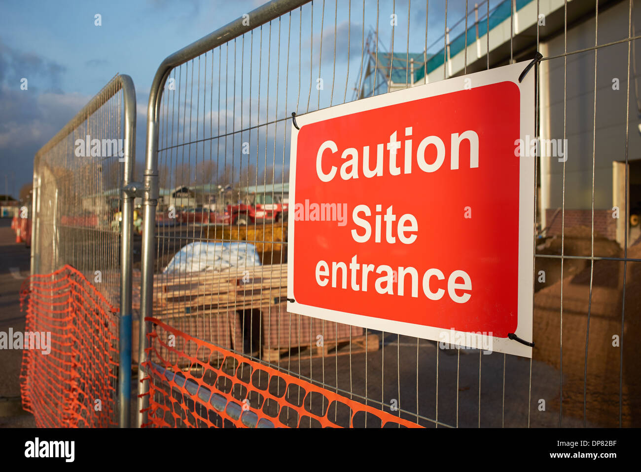 Attenzione sito avviso di entrata della recinzione di un cantiere Immagini Stock
