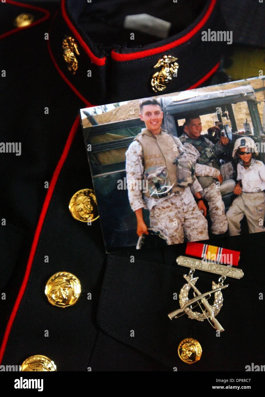 (Pubblicato il 10/17/2004, A-1) NC KYLE 228579 x005 ............. 23 settembre 2004, Nebraska ........... Mesi più tardi Wain e Dixie Codner (CQ) deve decidere cosa fare con il loro figlio marino del vestito blu uniforme lungo con molte foto di loro figlio preso mentre dispiegato in Iraq. Kyle Codner era un U.S. Marine di stanza a Camp Pendleton e distribuito in Iraq è stato ucciso in indietro nel mese di maggio Immagini Stock
