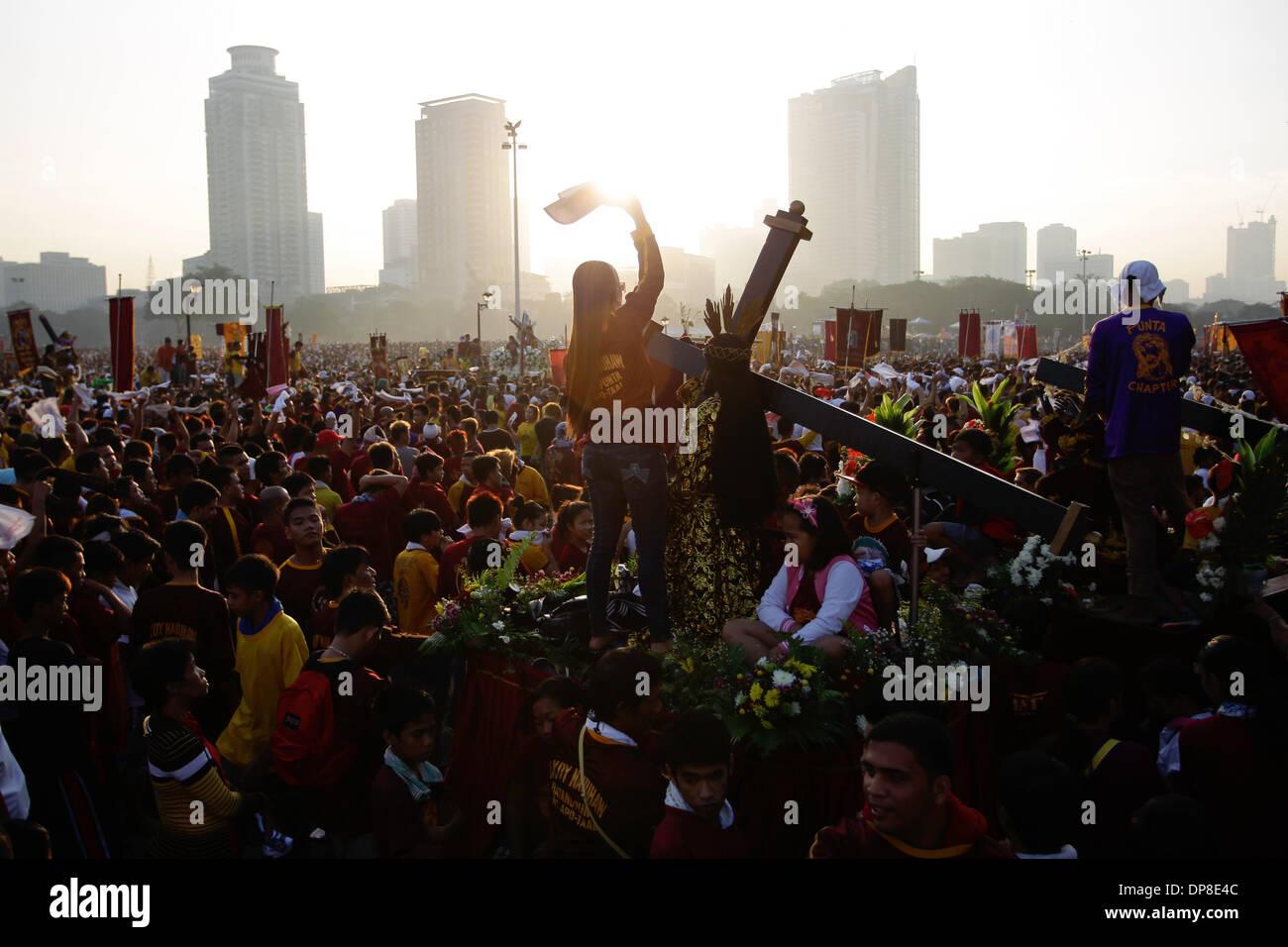 Manila, Filippine . 9 Gen, 2014. I devoti wave le loro bandiere in preparazione per la processione del Nazareno nero a Manila nelle Filippine il 9 gennaio 2014. La figura è creduto essere miracolosa da milioni di cattolici filippini. Foto di Mark Cristino Credito: Mark Fredesjed Cristino/Alamy Live News Immagini Stock