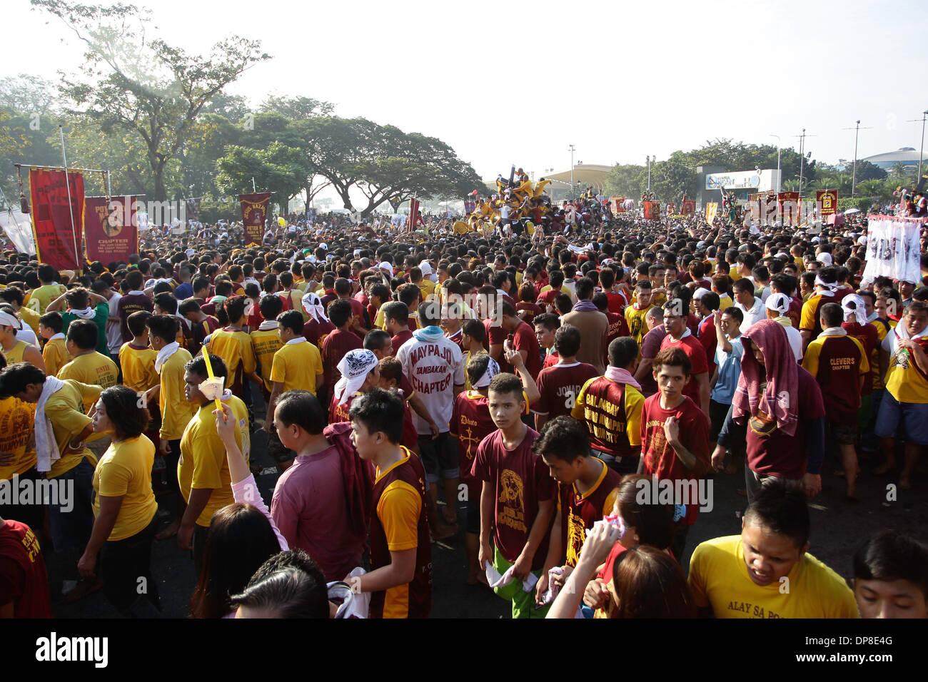 Manila, Filippine . 9 Gen, 2014. Devoti filippino tenta di avvicinarsi alla processione del Nazareno nero come ostenta intorno a Manila nelle Filippine il 9 gennaio 2014. Il Nazareno nero è creduto essere miracolosa da milioni di cattolici filippini. Foto di Mark Cristino Credito: Mark Fredesjed Cristino/Alamy Live News Immagini Stock
