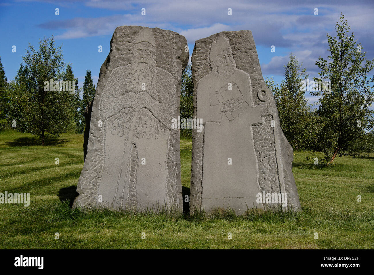 Pietre scolpite che rappresentano il paganesimo e cristianesimo, Skalholt Chiesa, Islanda Immagini Stock