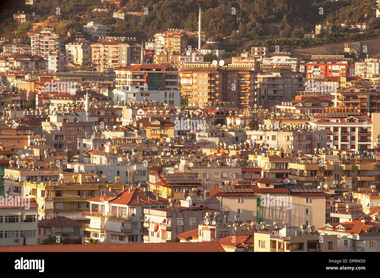 Riscaldatori di acqua e antenne satellitari. Caratteristiche di architettura moderna nella città di Alanya, Turchia. Canon 5D Mk II. Immagini Stock